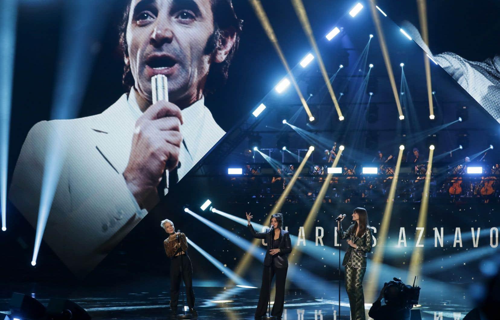 Un hommage a été rendu à Charles Aznavour par Jeanne Added, Camélia Jordana et Clara Luciani,qui ont chanté «For me, formidable».