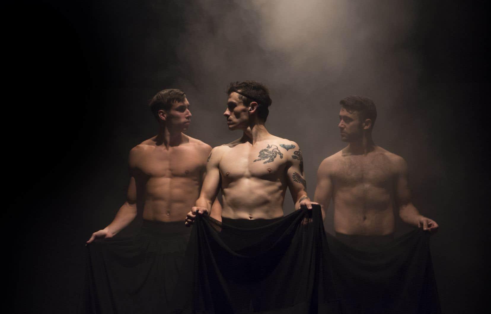 Les cruelles belle-mère et demi-soeurs sont incarnées par trois danseurs aux torses nus et munis de longs jupons.