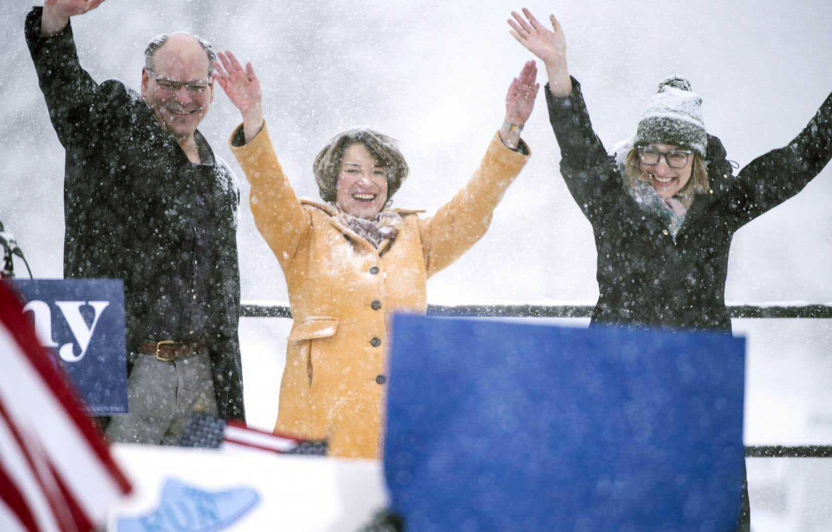 La sénatrice Amy Klobuchar a fait l'annonce de sa candidature accompagnée de son mari, John Bessler (à gauche), et de sa fille, Abigail Bessler (à droite).