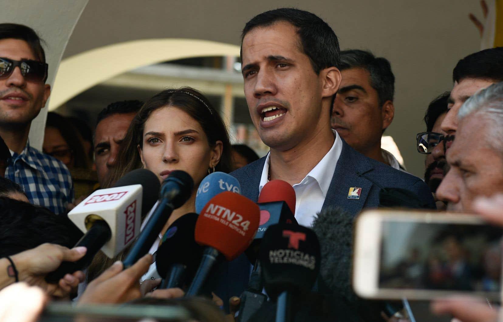 Selon Juan Guaidó,les militaires se convertissent en «bourreaux», en «quasi-génocidaires», par «action» quand «ils assassinent» des manifestants et par «omission» quand «ils empêchent l'aide humanitaire» d'entrer au Venezuela.