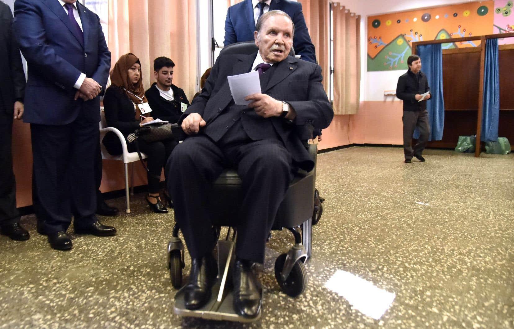 Cloué dans un fauteuil roulant par un accident vasculaire cérébral (AVC) depuis 2013, le président Bouteflika n'apparaît plus que rarement en public (la dernière fois le 1ernovembre 2018) et ne s'exprime plus publiquement.