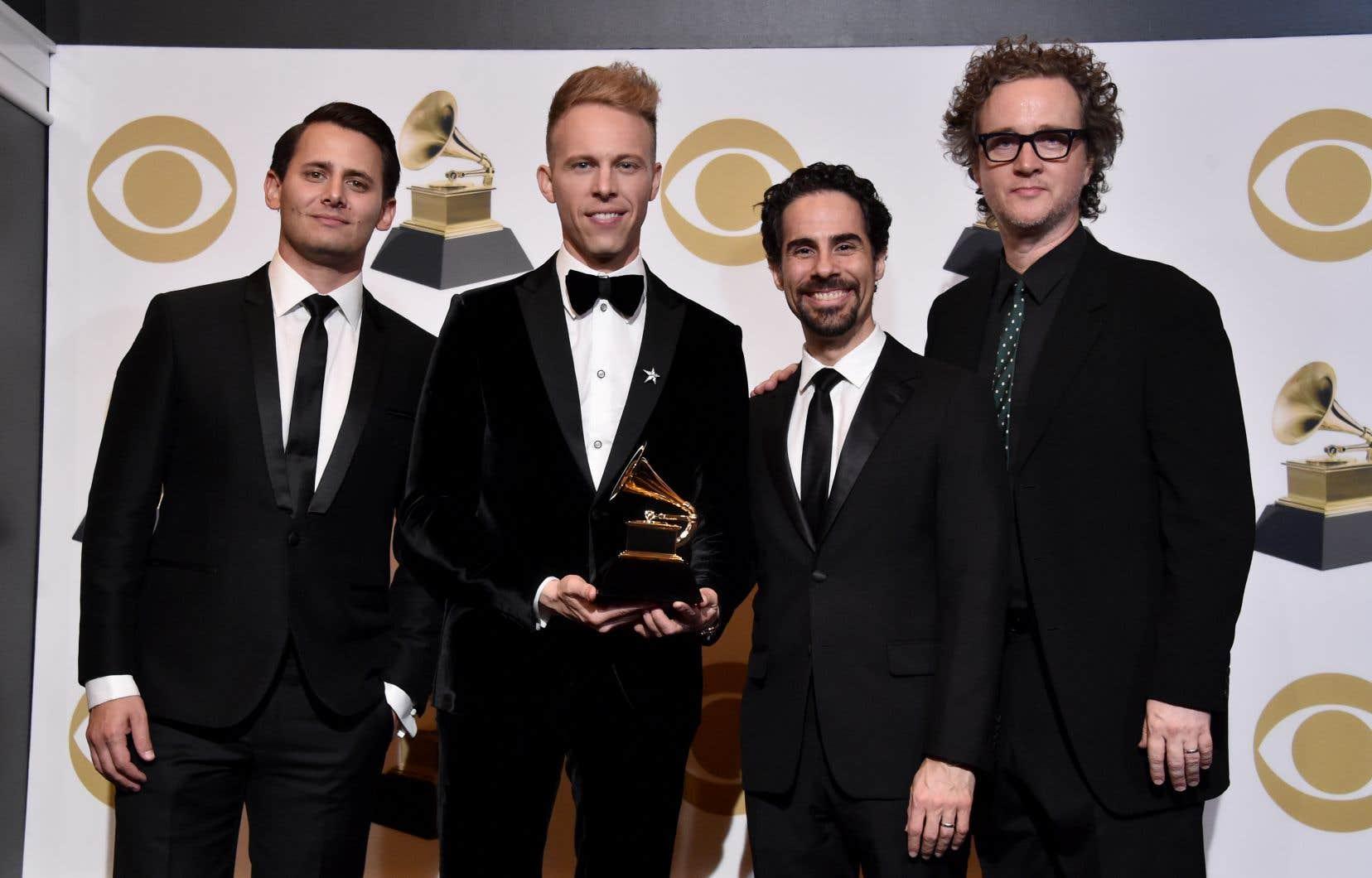Alex Lacamoire, Benj Pasek, Justin Paul, et Greg Wells ont été honorés pour leurcollaboration à la bande originale du film «The Greatest Show».
