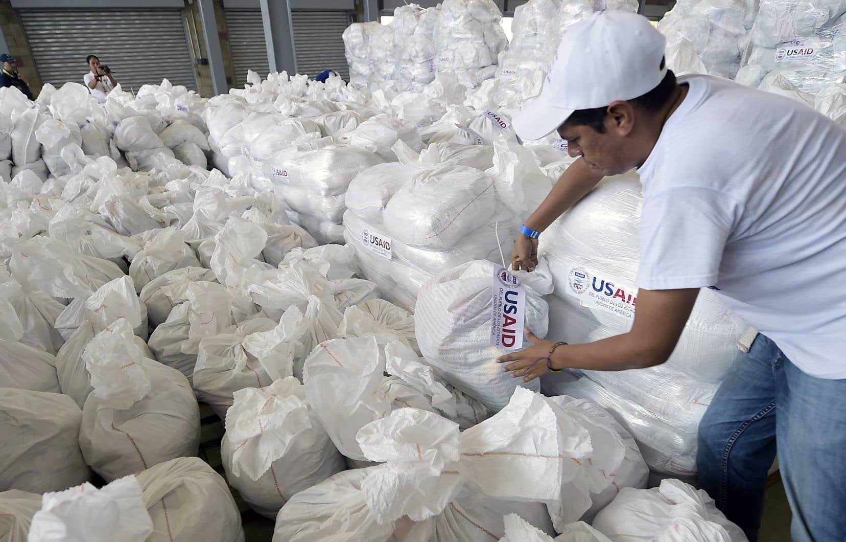 L'aide humanitaire envoyée par le gouvernement américain vers le Venezuela reste bloquée en Colombie.