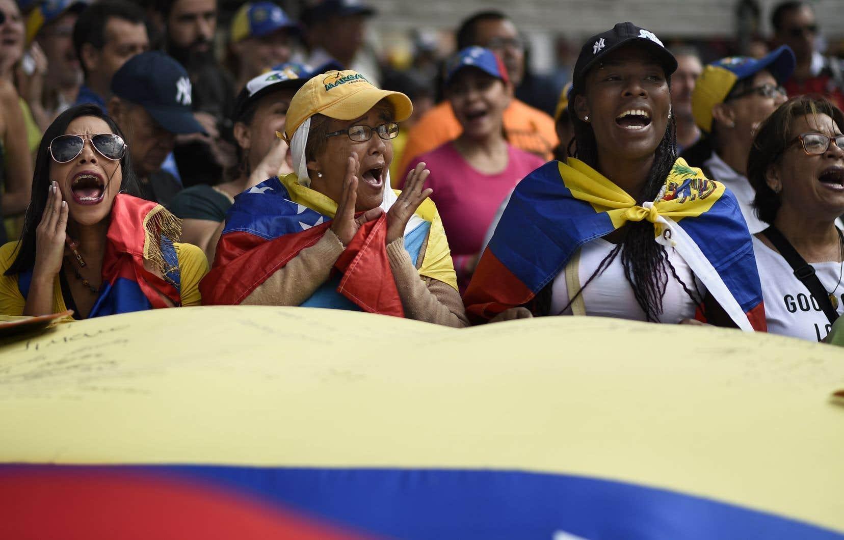 L'opposition vénézuélienne est descendue dans la rue mardi pour demander à l'armée de laisser entrer l'aide humanitaire américaine.