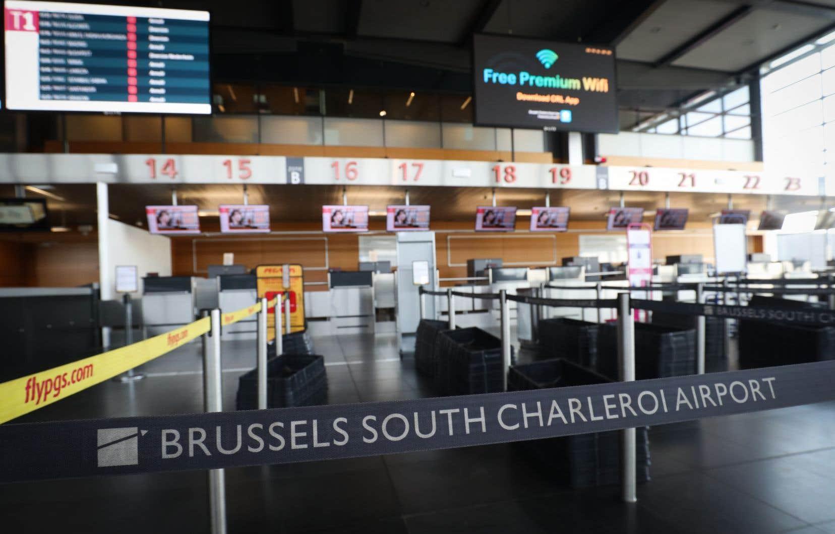 L'espace aérien belge est fermé. L'entreprise chargée du contrôle du trafic, Skeyes, a annoncé mardi qu'elle n'autoriserait aucun vol au départ ou à l'arrivée dans le pays, faute de pouvoir déterminer avec certitude les employés qui viendraient travailler.