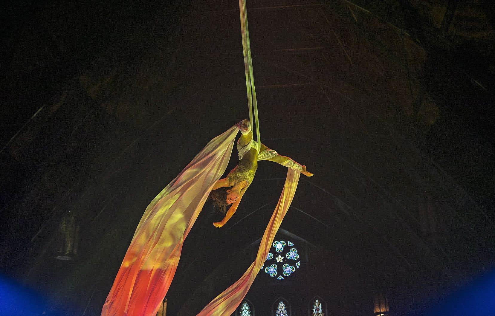 Jeudi et vendredi, les trapézistes Shannon Gélinas (sur cette photo) et Evelyne Paquin-Lanthier se produiront à l'église anglicane St. Jax, s'entortillant dans un long tissu blanc devant des vitraux emblématiques.