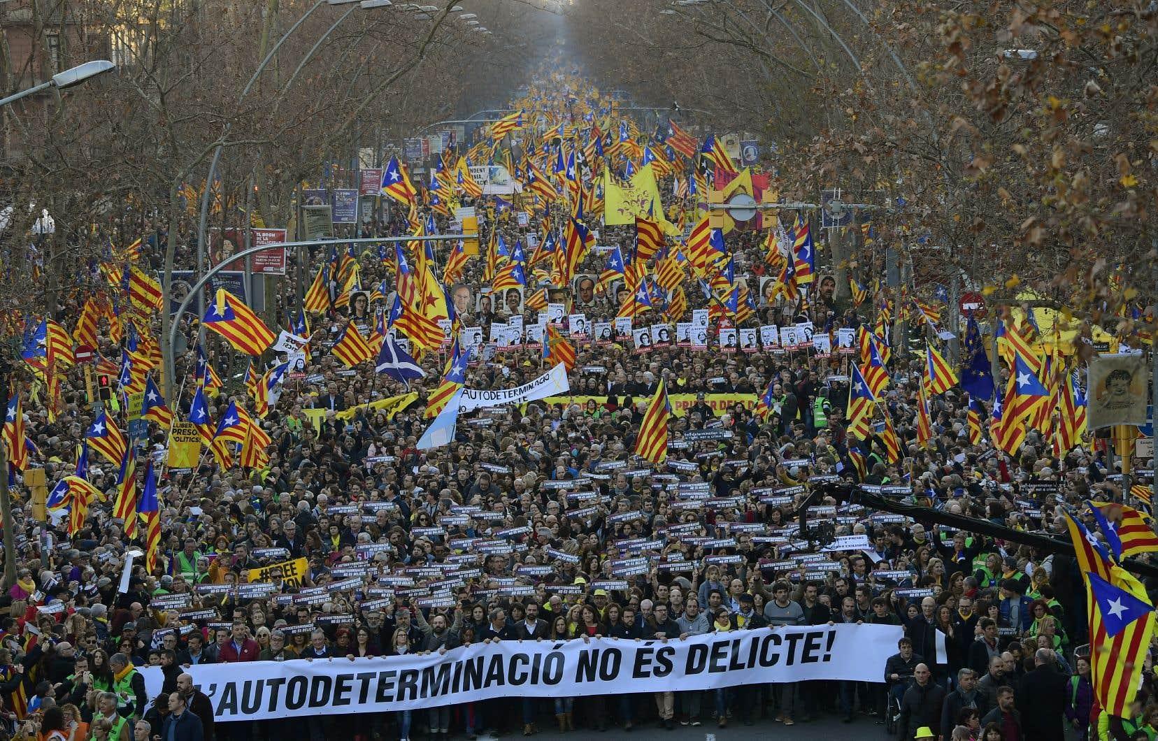Les manifestants brandissaient le drapeau séparatiste catalan bleu, rouge et jaune etont défilé derrière une bannière proclamant «l'autodétermination n'est pas un crime».