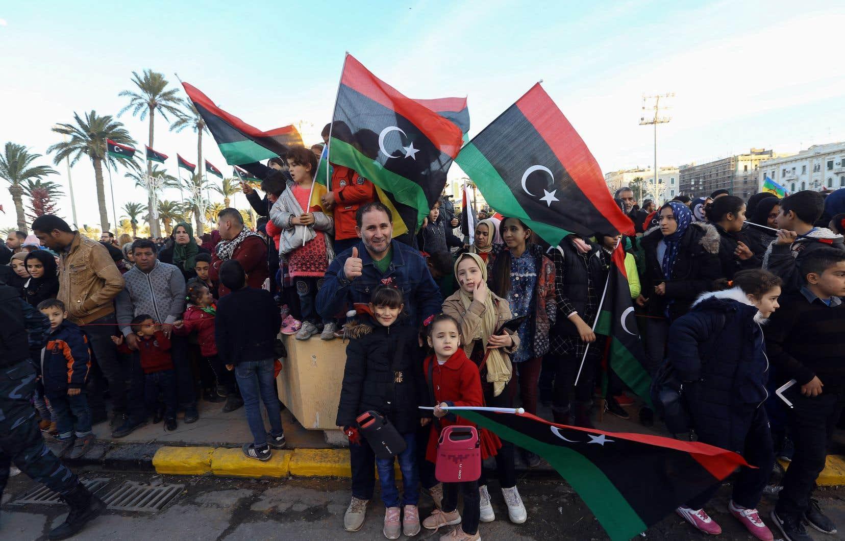 À Tripoli, sur la place des martyrs, des milliers de Libyens se sont rassemblés arborant le drapeau national, rouge, vert et noir.