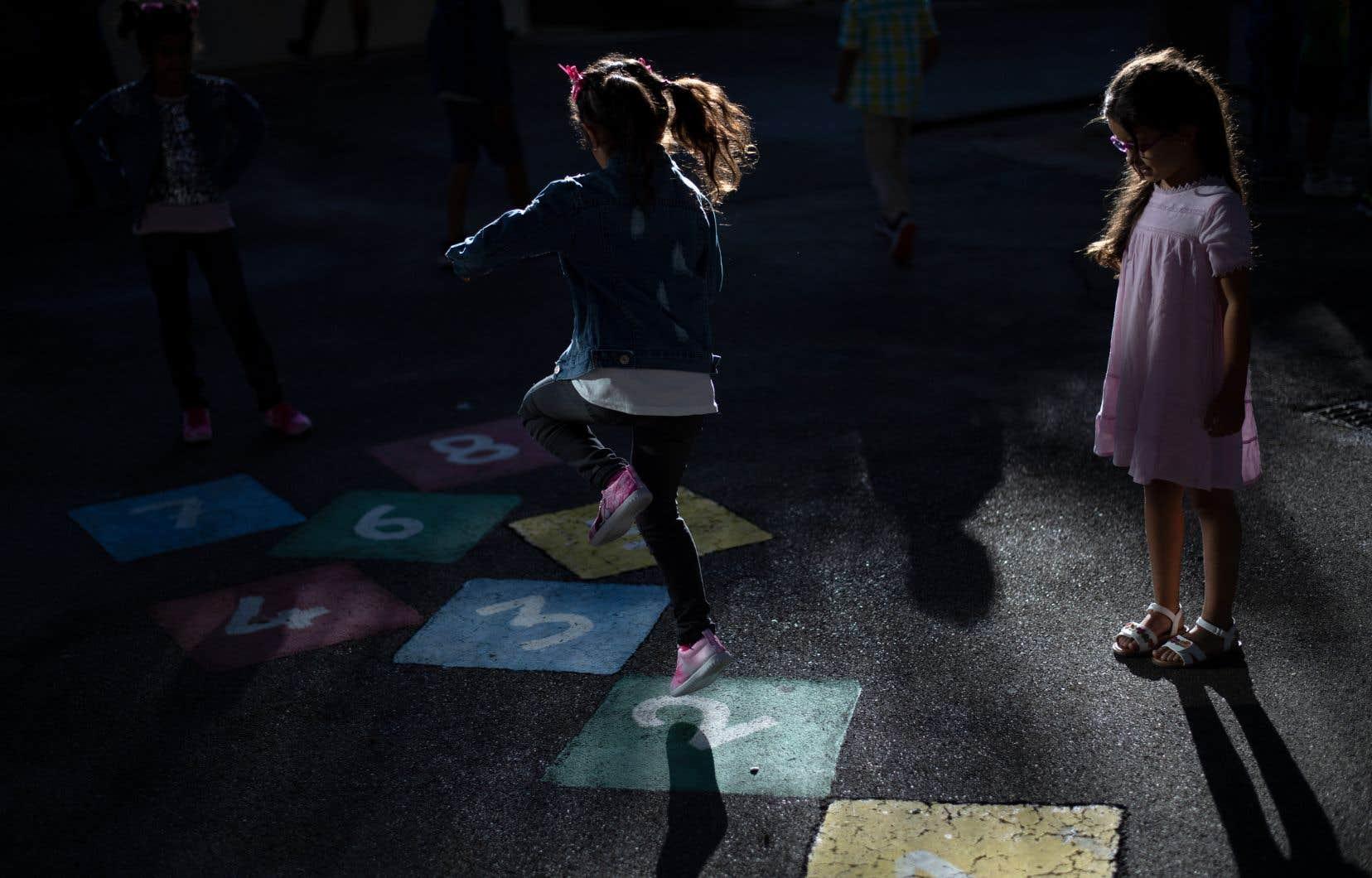 La CAQ a fait la promesse en campagne électorale d'offrir un accès à la maternelle dans les écoles du Québec à tous les enfants de 4ans, à partir de l'année scolaire 2023-2024.