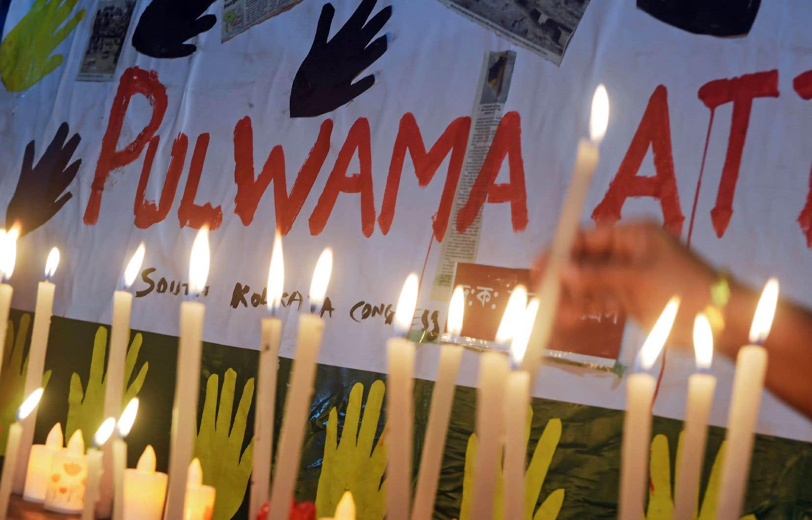 Des Indiens rendent hommage aux paramilitaires tués jeudi dernier, alors qu'un convoi de 78 autocars a été percuté par une voiture chargée de 335 kilos d'explosifs.