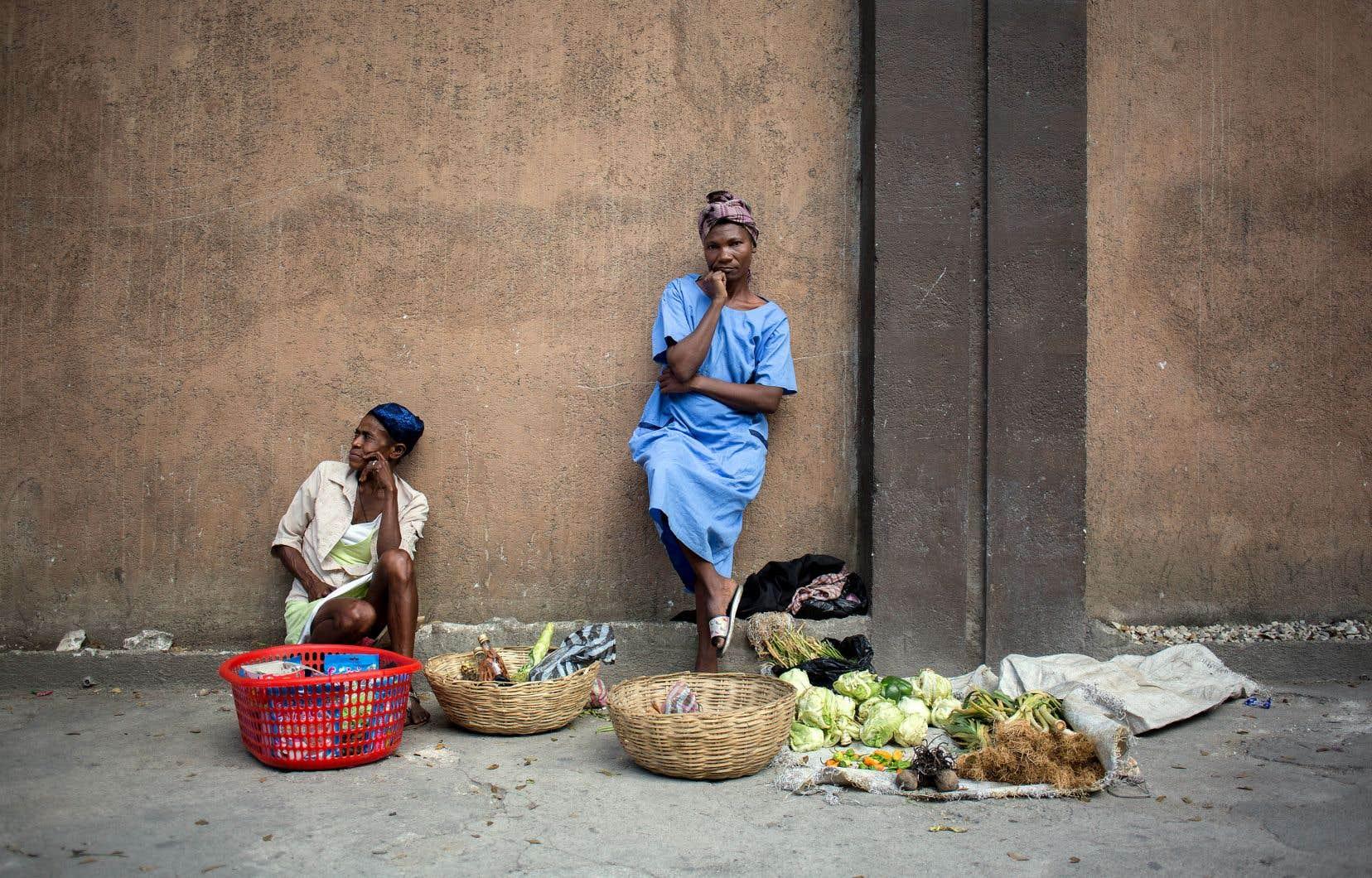 Cerilia Calix vend des légumes dans une rue de Port-au-Prince, le peu d'argent qu'elle en tirera est destiné à sa famille restée en région.
