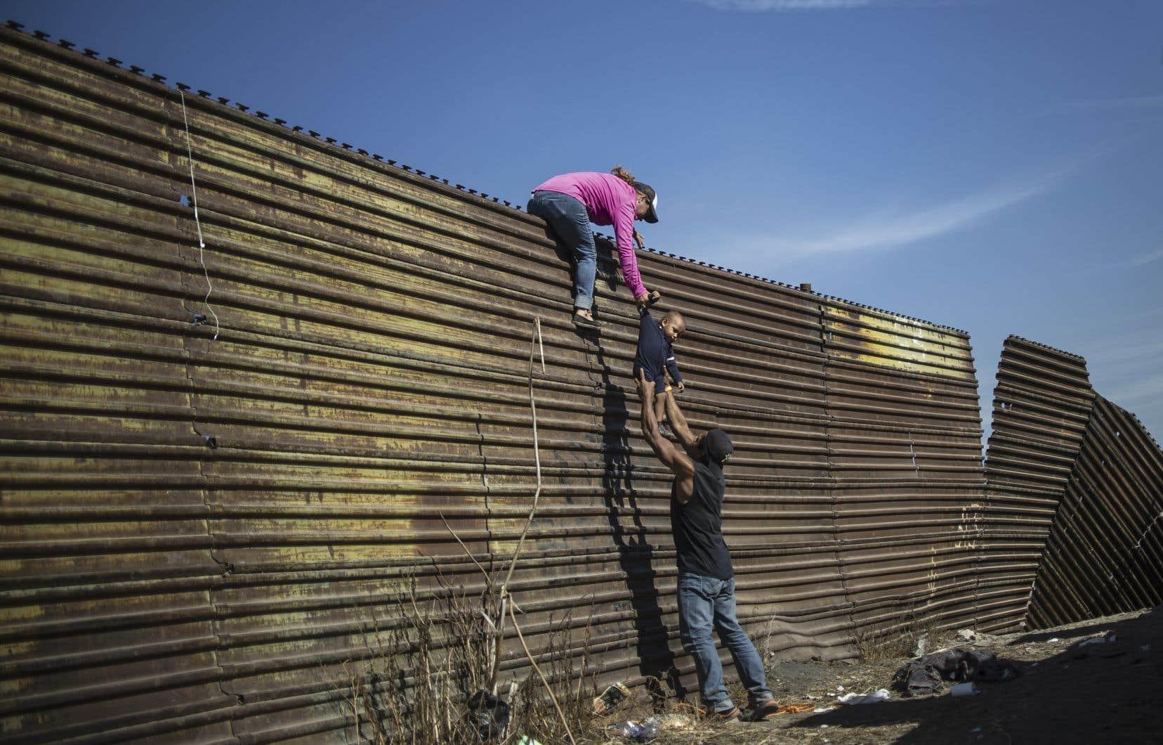 Pedro Pardoa été nommé dans la catégorie «Spot News, Singles» (Instantanés d'actualité, image seule) pour sa photo d'un groupe de migrants latino-américains escaladant une barrière entre le Mexique et les États-Unis.