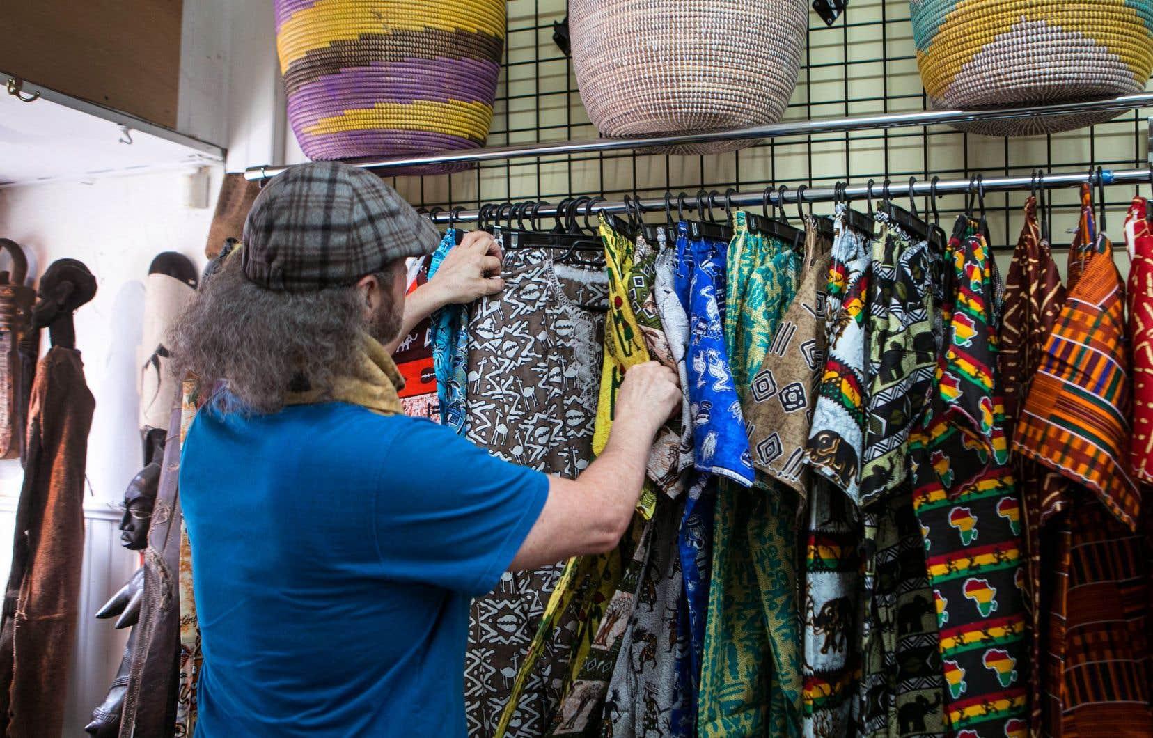 Les créations dérivées du wax et aussi d'autres textiles africains, ici présentés dans une boutique de Montréal, sont de plus en plus prisées en Europe et en Amérique, où les designers comme les grandes surfaces les déclinent en mode contemporaine.