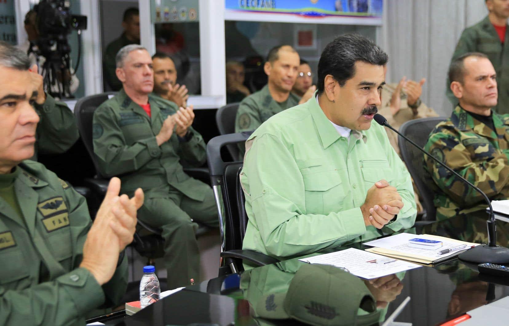 Nicolás Maduro a ordonné jeudi la fermeture de la frontière terrestre avec le Brésil et menacé de fermer celle avec la Colombie.