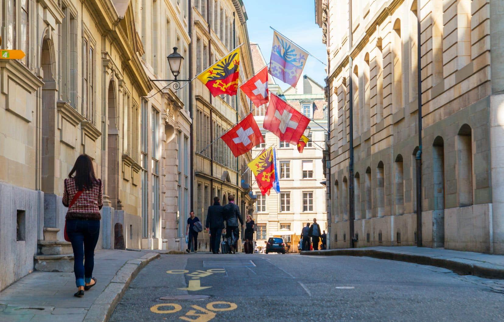 «À certains égards [...], dans l'histoire récente, [la Suisse] n'a pas donné l'image d'une société d'avant-garde mais plutôt celle d'un bastion du conservatisme le plus obstiné», affirme l'auteur.