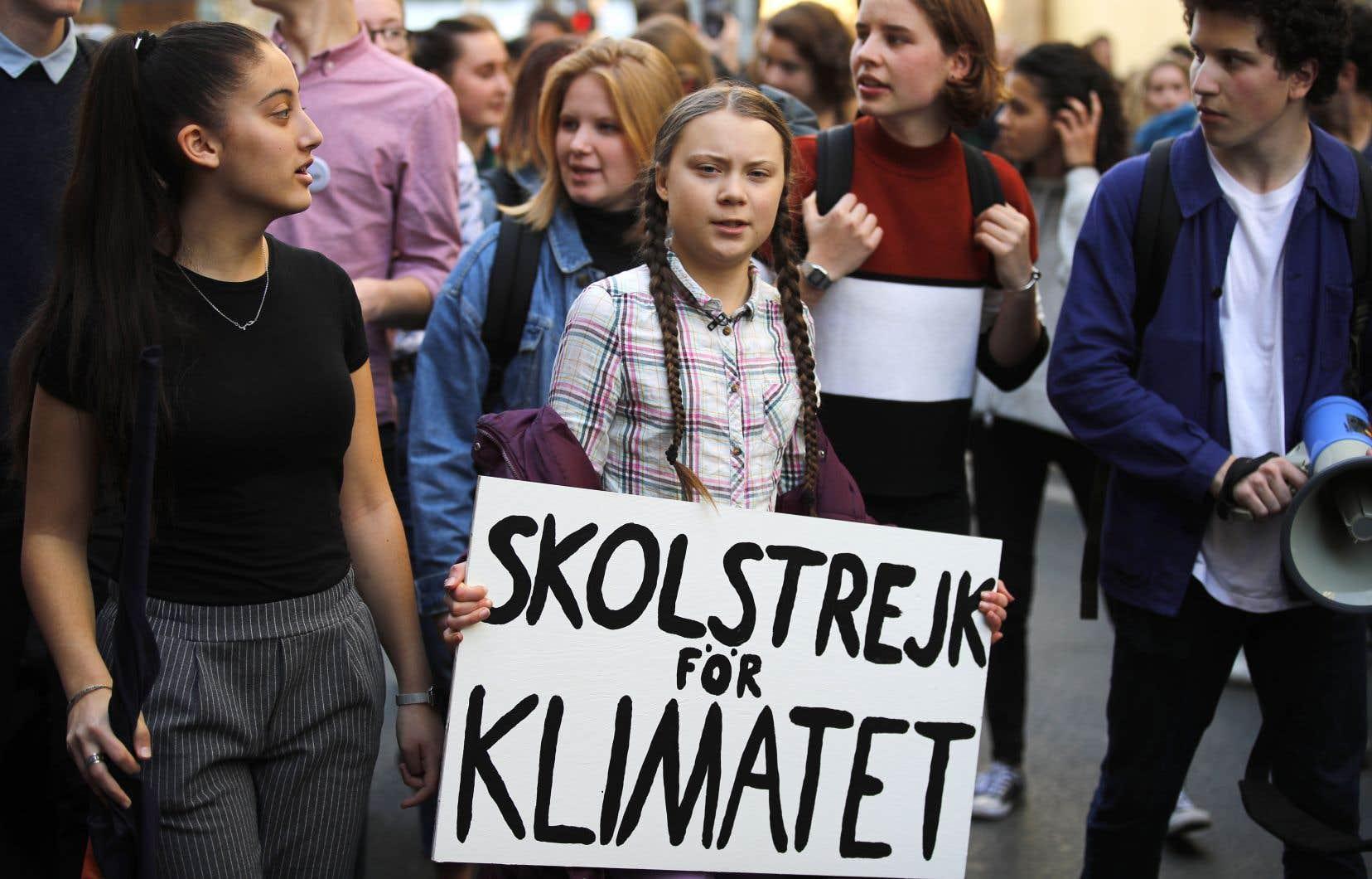 Greta Thunberg tentait vendredi à Paris d'inspirer les jeunes Français, jusqu'alors relativement peu mobilisés, dont un millier ont défilé dans la capitale.