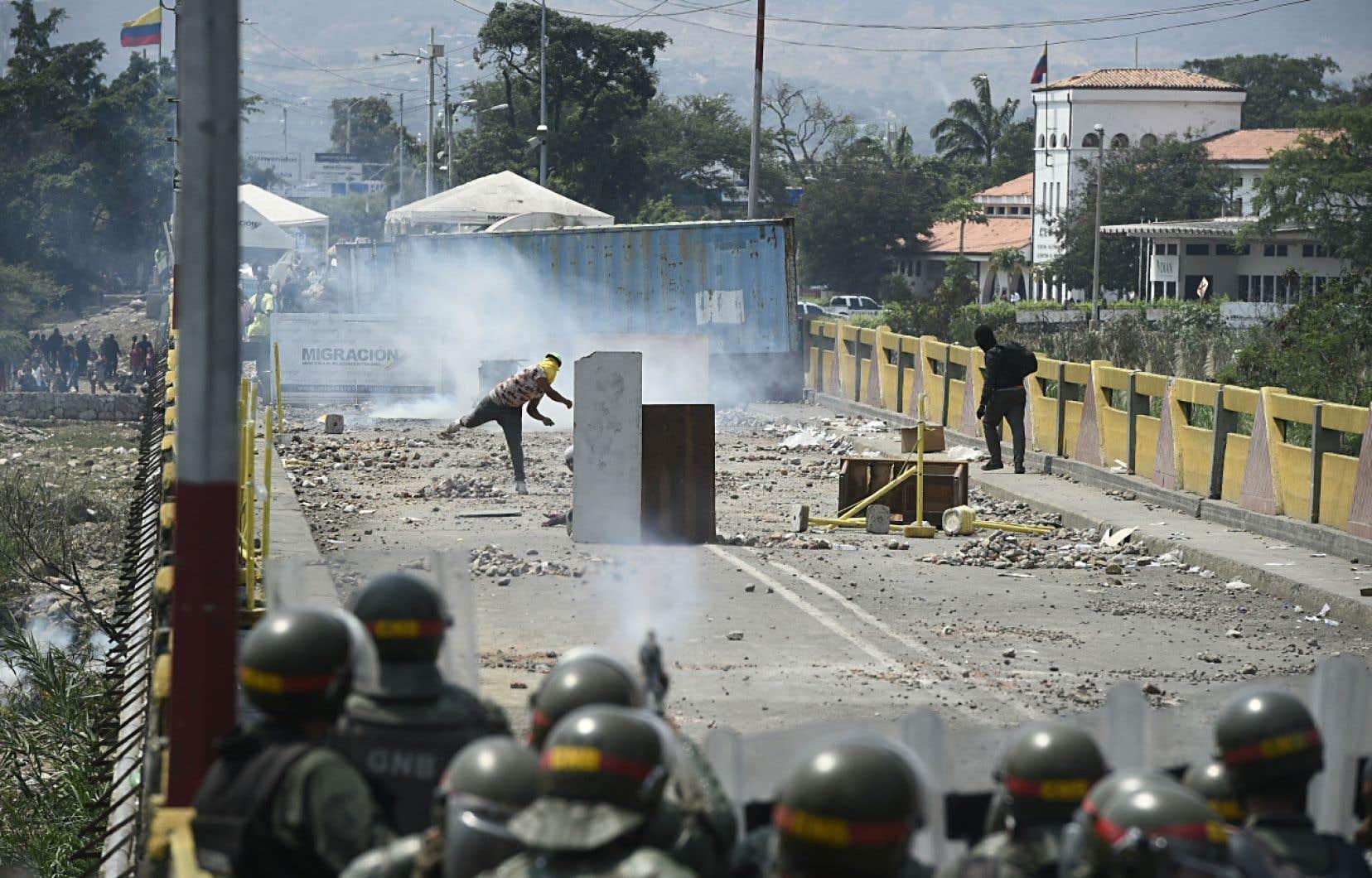 Des manifestants s'opposaient aux forces de l'ordre vénézuéliennes sur le pont Simon Bolivar, reliant Cúcuta (en Colombie) à San Antonio del Tachira (au Venezuela).