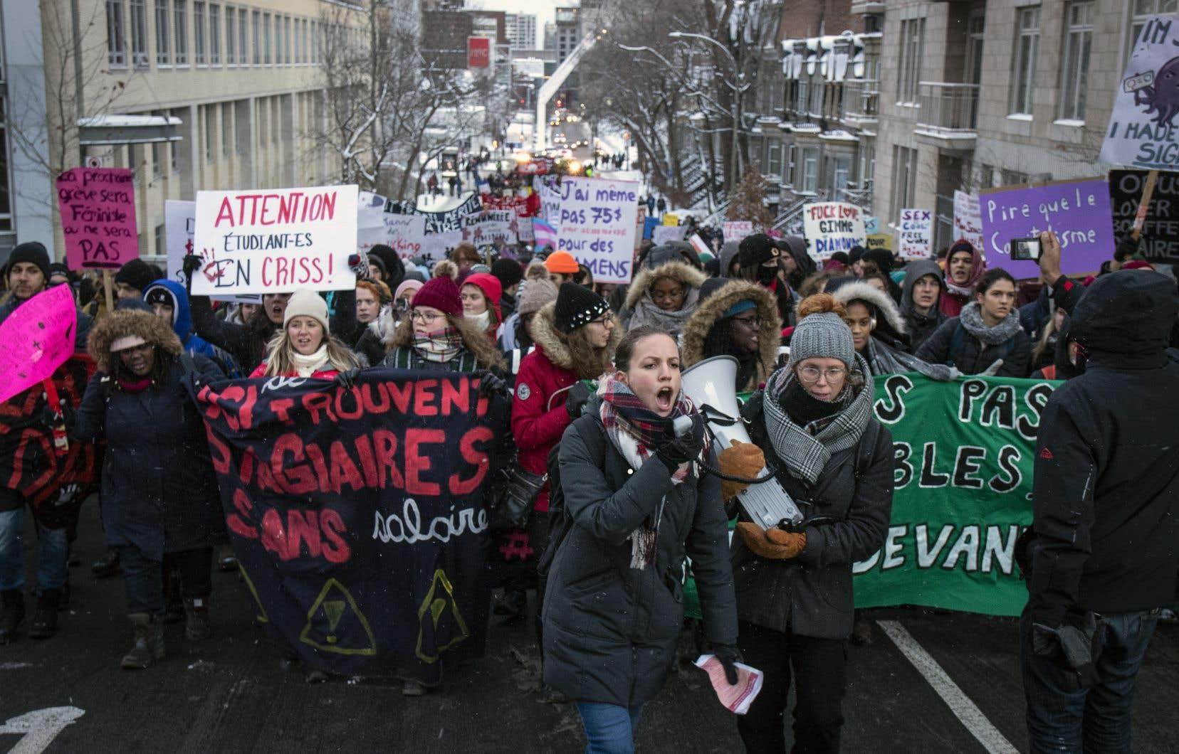 Plusieurs dizaines d'étudiants universitaires ont manifesté dans les rues de Montréal en novembre pour réclamer des stages rémunérés. Le nombre de stages étudiants a explosé au cours des deux dernières décennies.