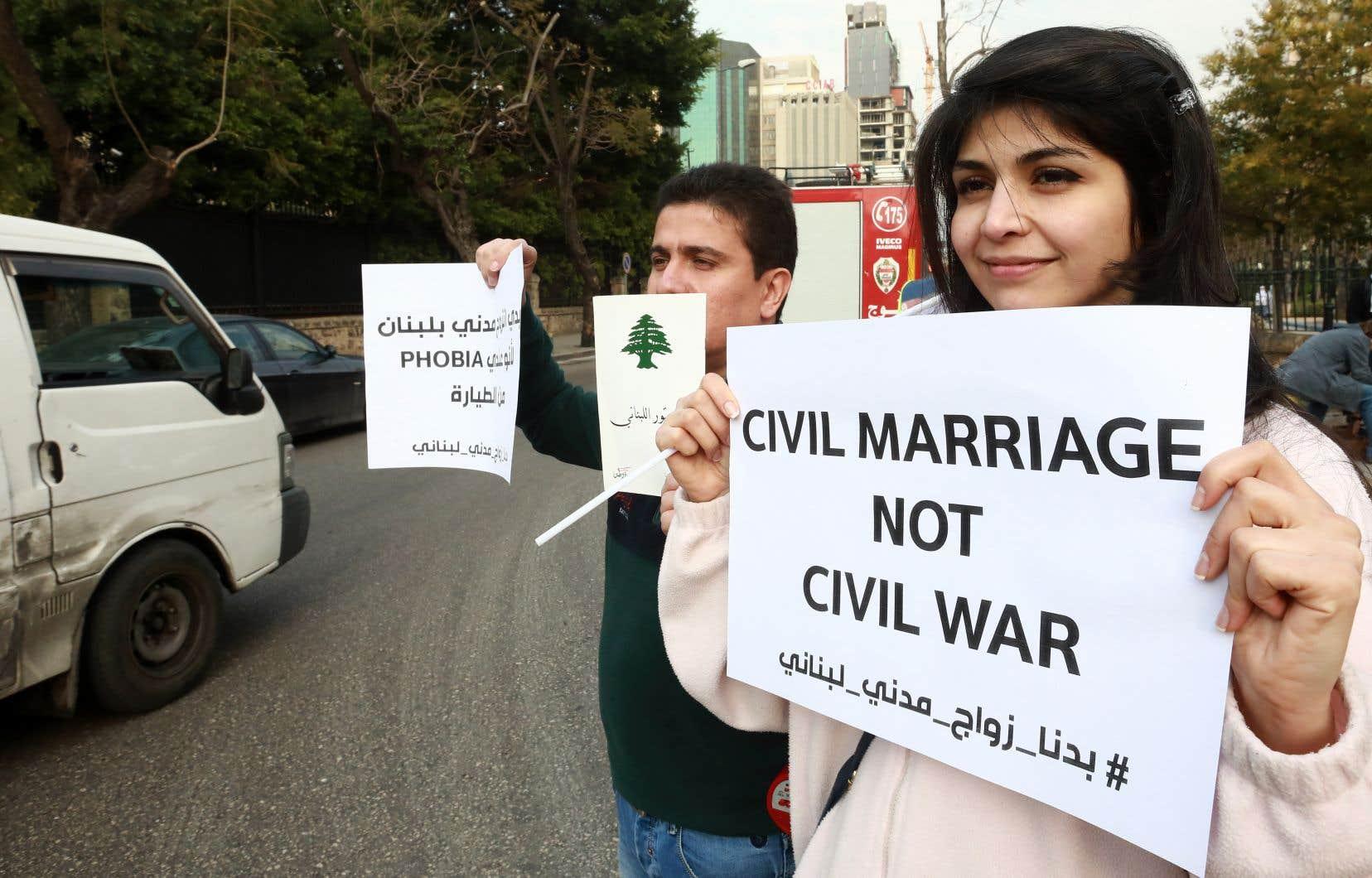 Les manifestants ont brandi des pancartes arborant divers slogans.