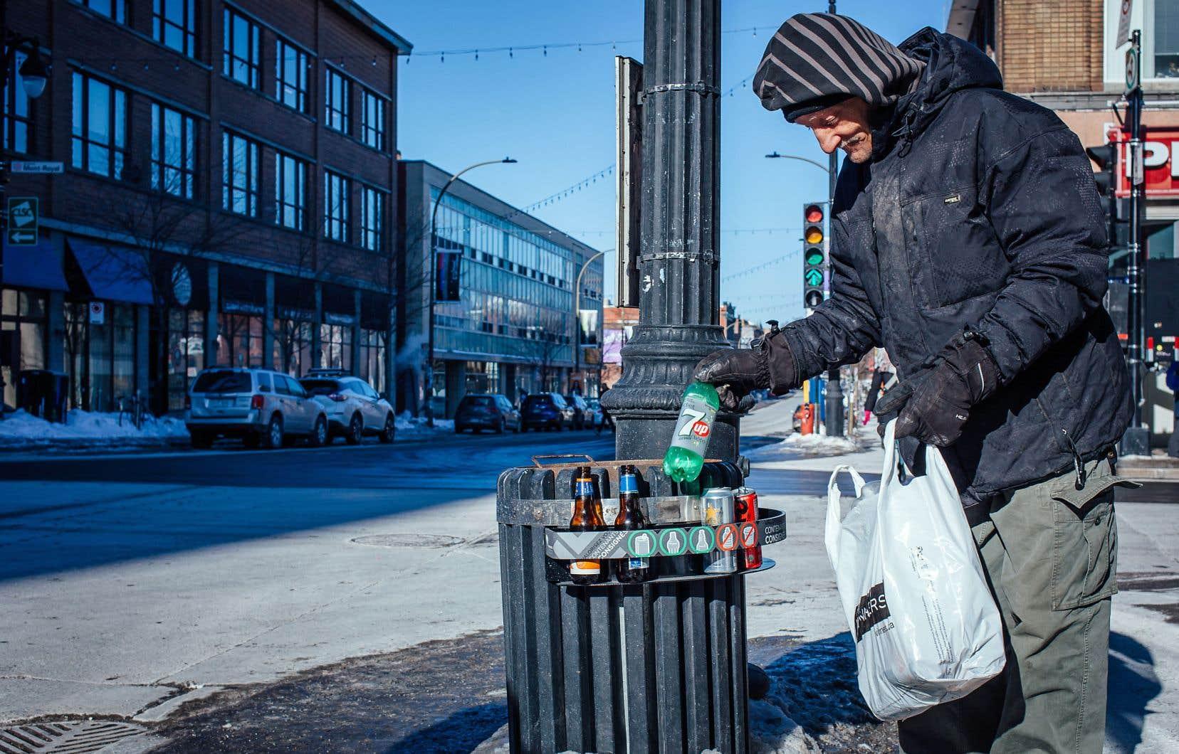 Les valoristes récupèrent les contenants consignés, qu'ils peuvent ensuite rapporter aux dépanneurs et aux supermarchés contre quelques dollars.