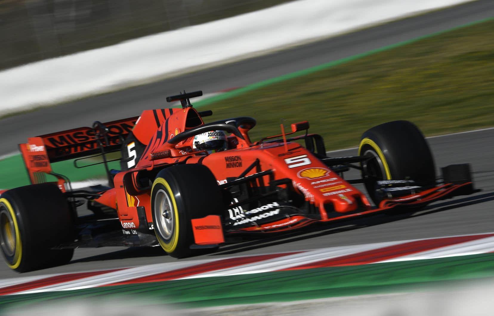 Vettel a foncé dans une barrière de pneus après avoir perdu le contrôle de son bolide dans le virage numéro3 sur le circuit de Barcelone-Catalunya.