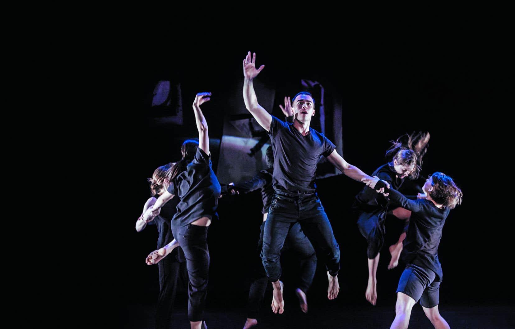 Tous vêtus de noir, en duo, trio, quatuor et à l'unisson, les danseurs parviennent à faire corps commun.