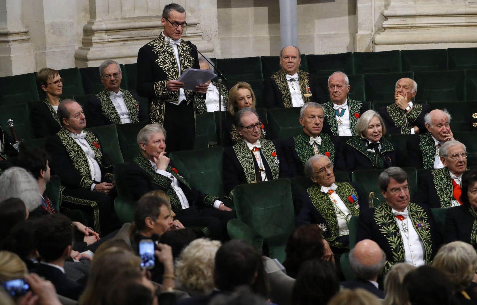 L'Académie française compte actuellement seulement quatre femmes (élue en mai 2018, la philologue Barbara Cassin n'a pas encore été officiellement reçue sous la Coupole) contre trente et un hommes.