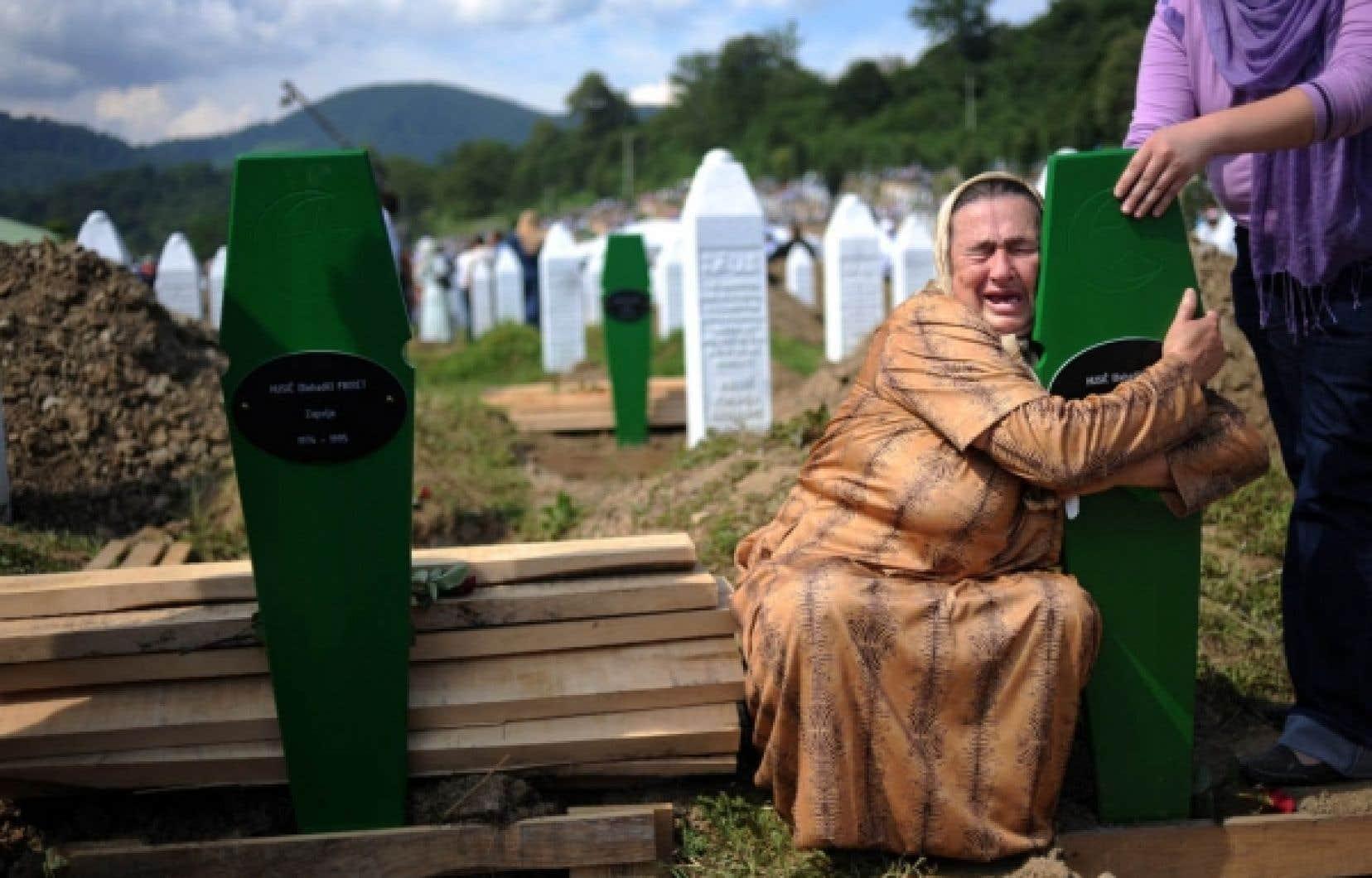 Une Bosniaque pleurait hier sur les tombes de ces deux fils, morts lors du massacre il y a 15 ans. Les cercueils contenant les restes de 775 victimes recouverts d'un tissu vert, la couleur de l'islam, ont été portés en terre au centre mémorial de Potocari, près de Srebrenica, dans l'est de la Bosnie.<br />