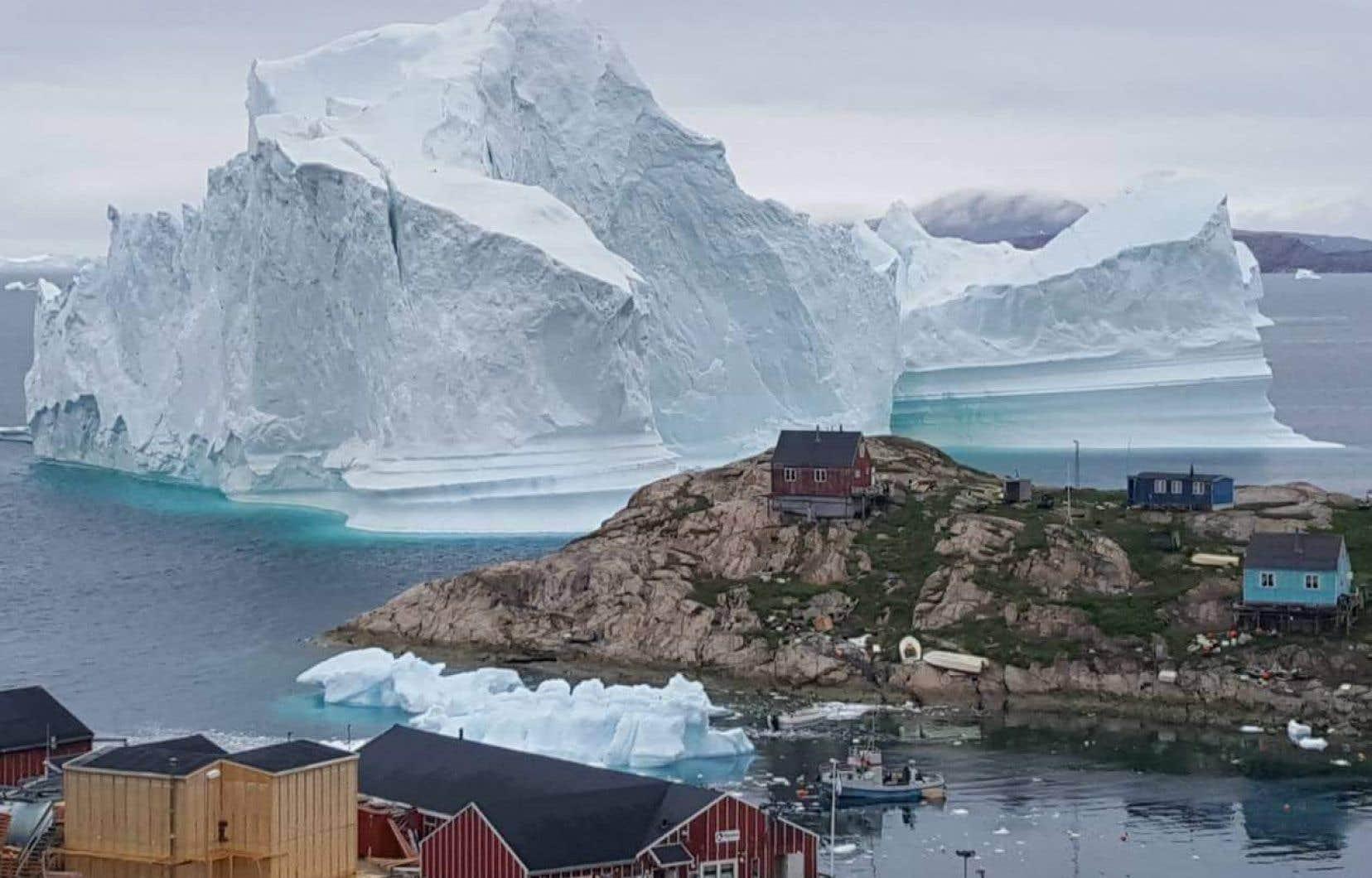 L'île d'Innarsuit, au nord-ouest du Groenland, compte 169 habitants et ceux vivant à proximité de l'iceberg ont été évacués.