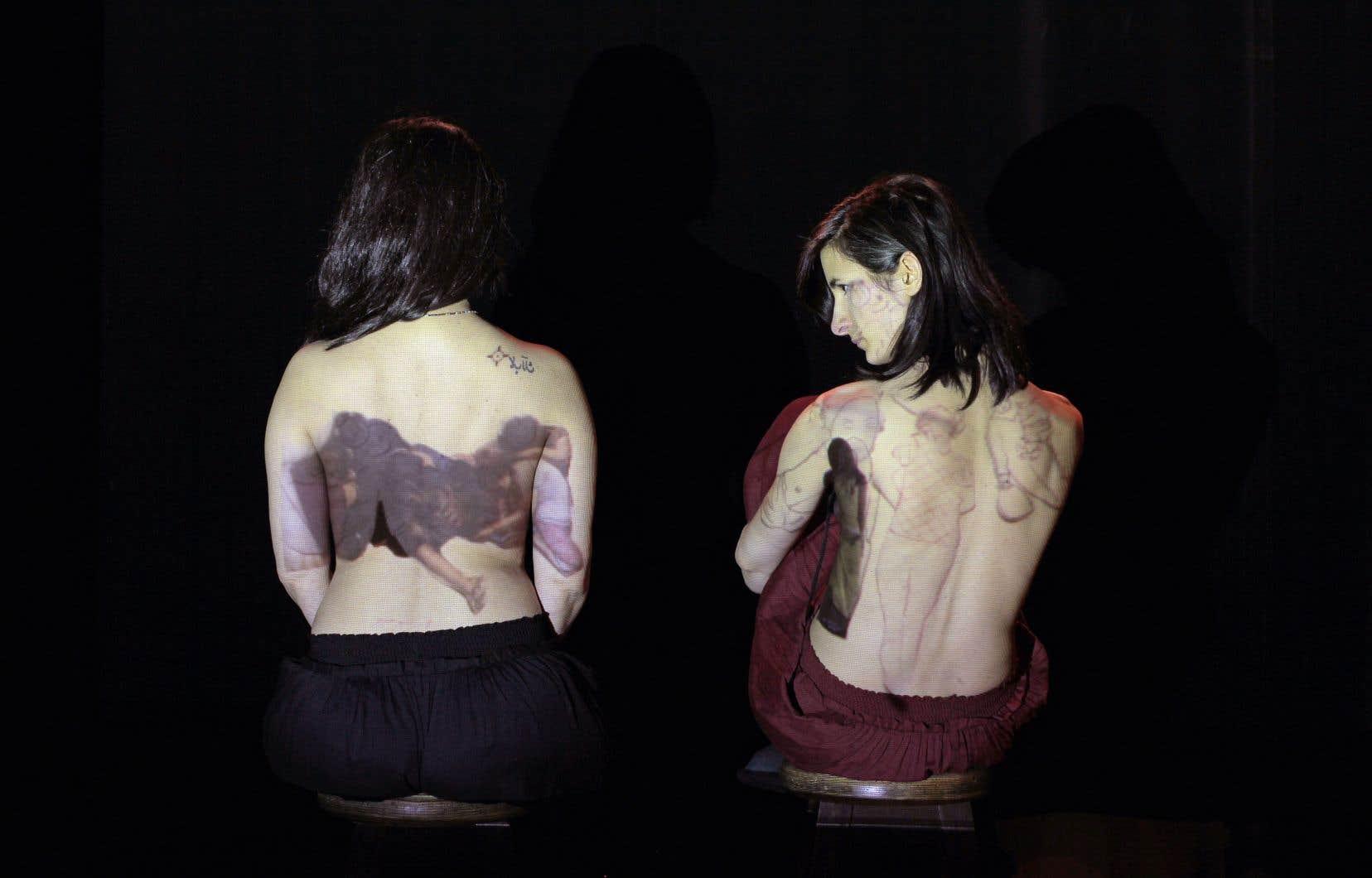 La performance créée par Ülfet Sevdi, artiste montréalaise d'origine turque, parle de femmes — et de jeunes filles — enlevées, que les déplacements ont rendues vulnérables au trafic sexuel et à la prostitution forcée.