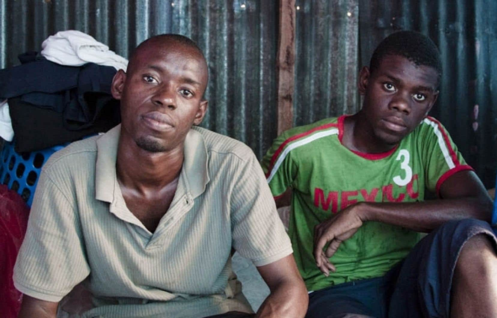 Sous la tente qu'il partage avec son jeune frère, Jean-Marie, Jackson Joseph nourrit l'espoir d'être accepté au département de sociologie de l'Université d'État d'Haïti (UEH), toujours fermé.