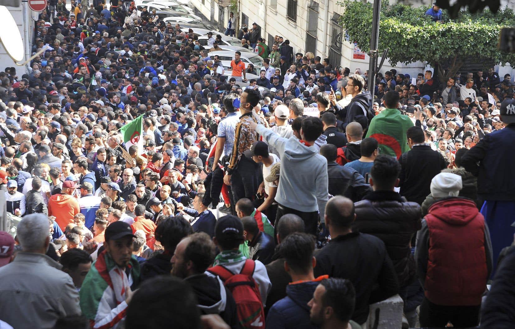 Des dizaines de milliers de manifestants ont envahi les rues d'Alger, vendredi, pour protester contre la candidature d'Abdelaziz Bouteflika à un cinquième mandat à la présidence du pays.