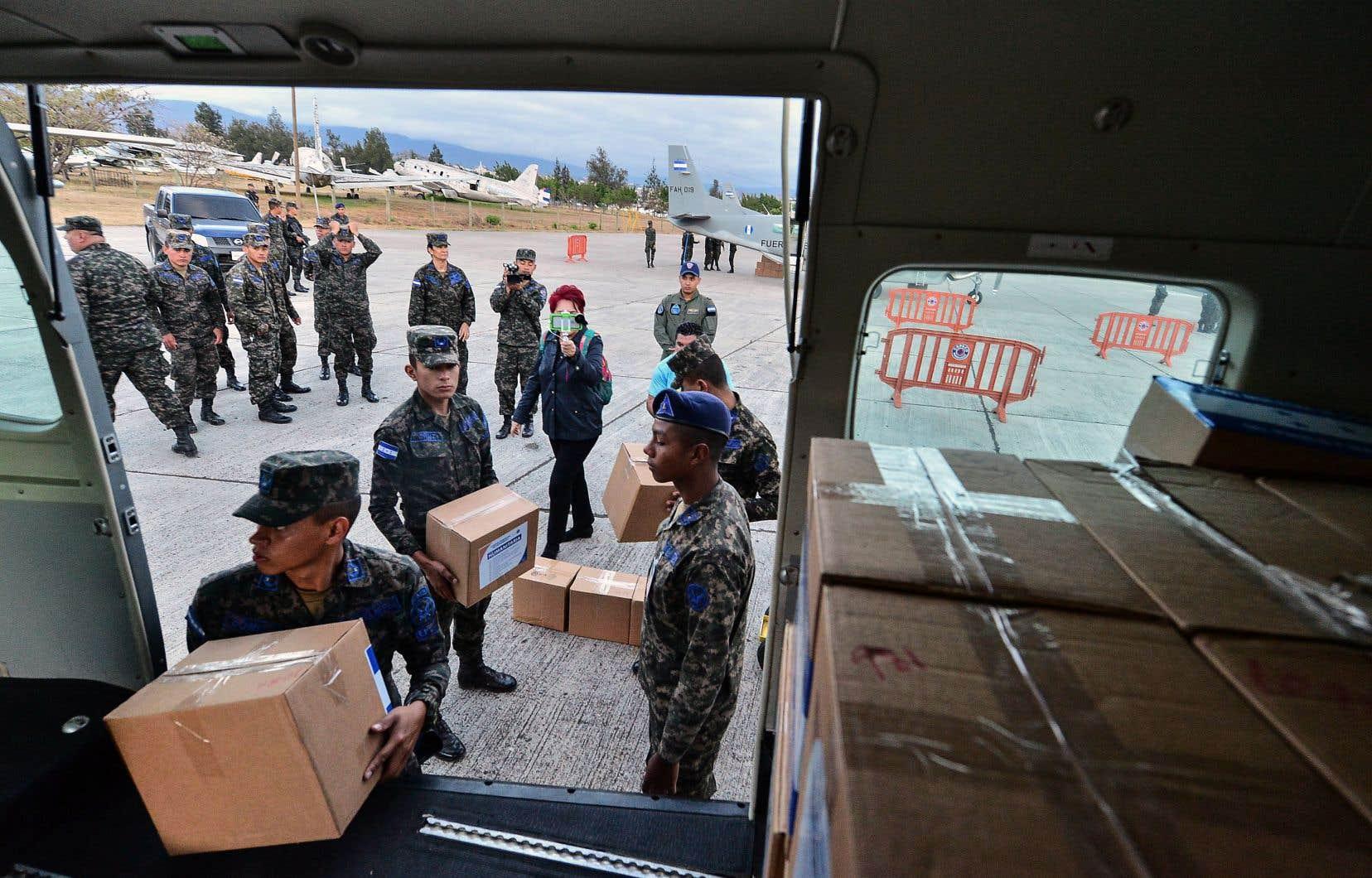 Des soldats de l'armée hondurienne s'affairaient vendredi à charger des denrées à destination du Venezuela dans un avion, à la base Hernan Acosta Mejia de Tegucigalpa.