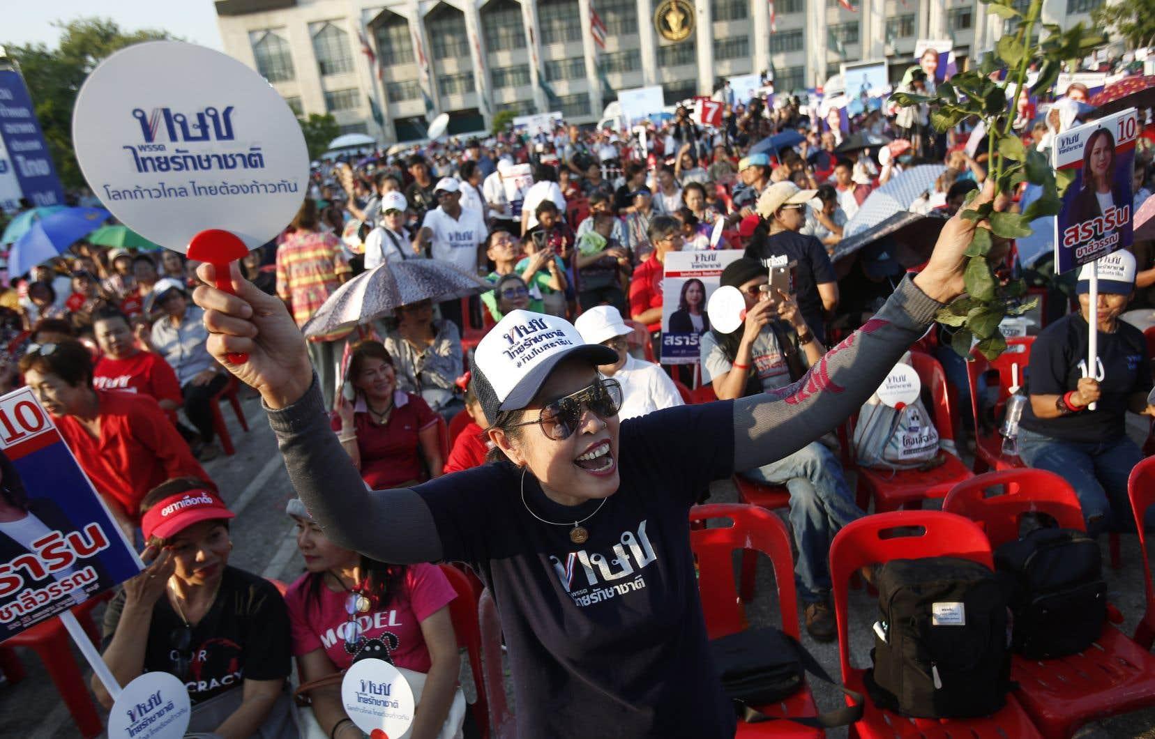 Des milliers de personnes ont convergé vers le centre historique de Bangkok tard vendredi pour soutenir la campagne du Thai Raksa Chart.