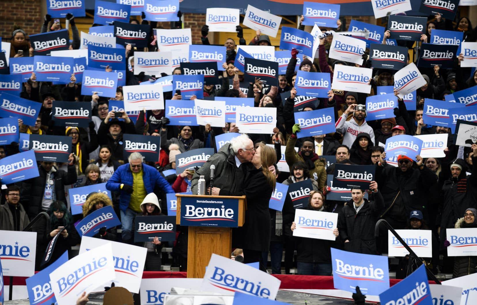 Environ 3000 personnes étaient rassemblées dans le froid sur le campus de l'université publique de Brooklyn College.