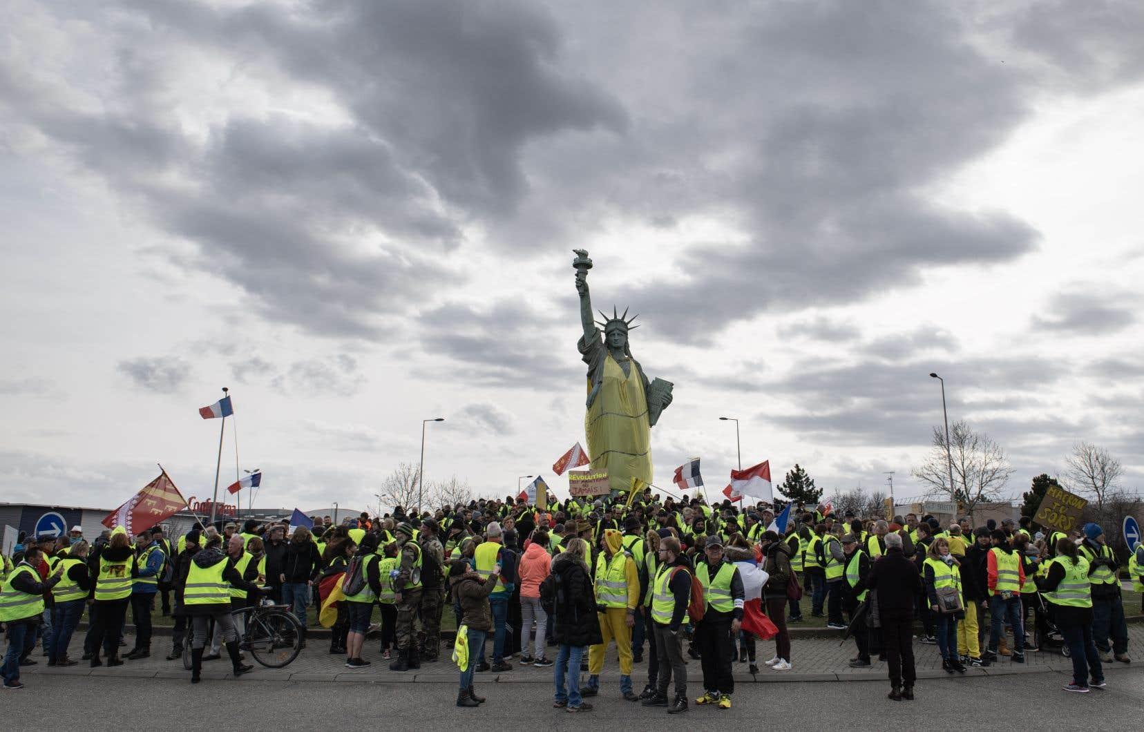 L'une des images de la journée restera celle de «gilets jaunes» à Colmar (en Alsace) qui ont enfilé une veste fluo géante sur la réplique de la statue de la Liberté.