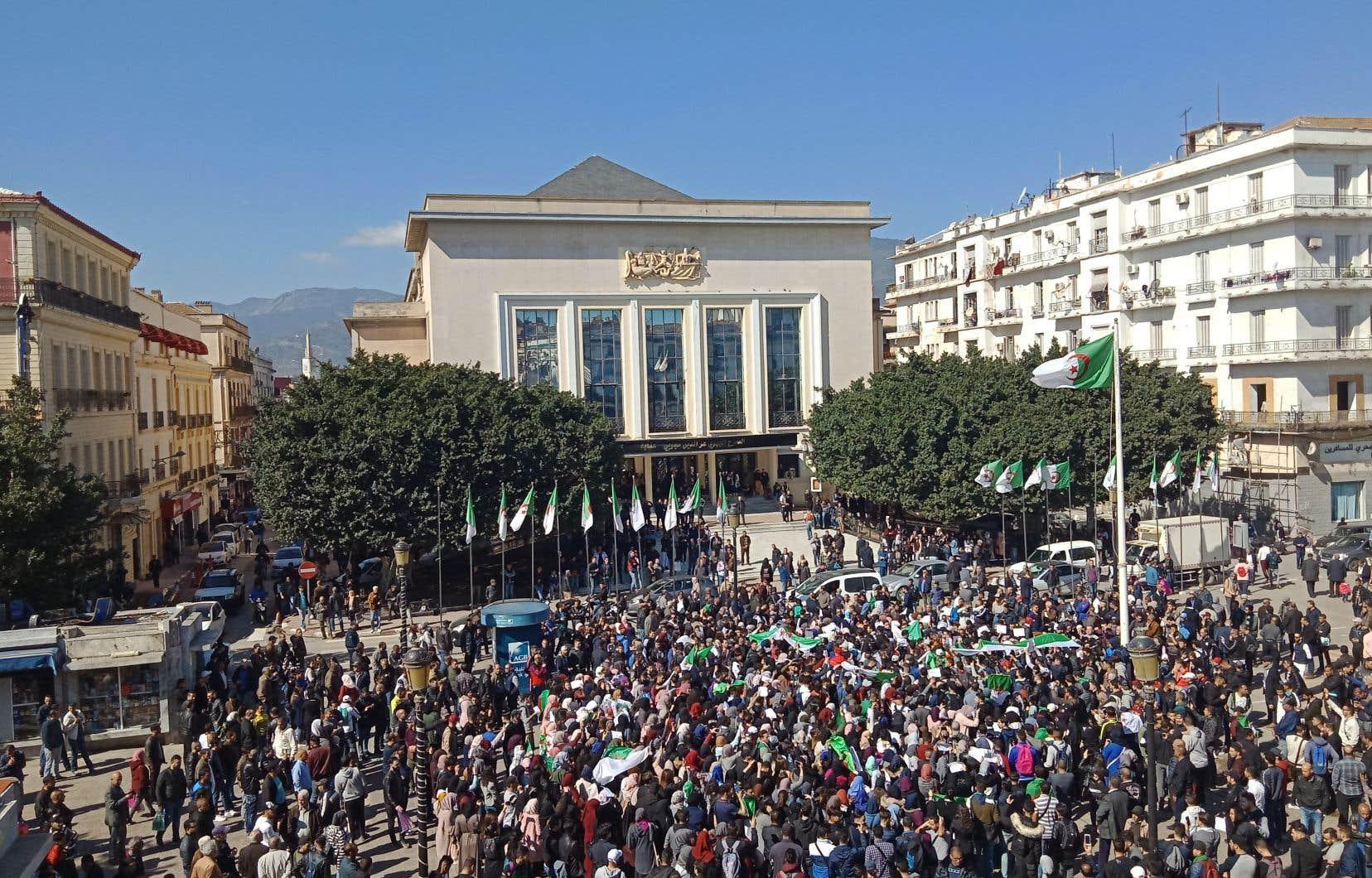 À Annaba, à 400km à l'est d'Alger, plusieurs centaines d'étudiants ont manifesté sur les deux principaux campus et d'autres sont rassemblés sur l'une des principales artères de la ville.