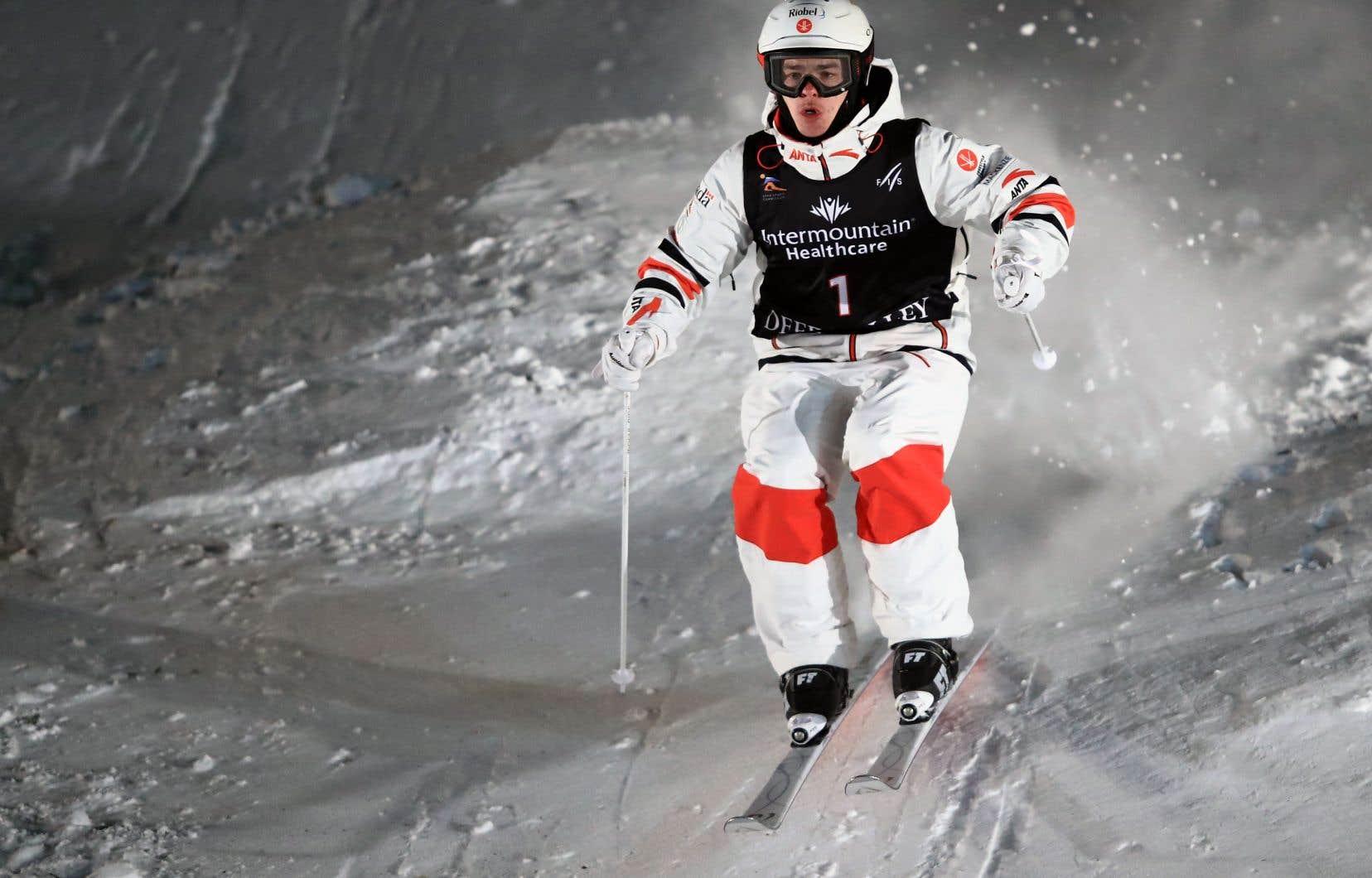 Mikaël Kingsbury dévalant la pente le 8 février à Park City, en Utah, en voie vers une victoire à cette épreuve individuelle des bosses aux Championnats mondiaux de ski acrobatique