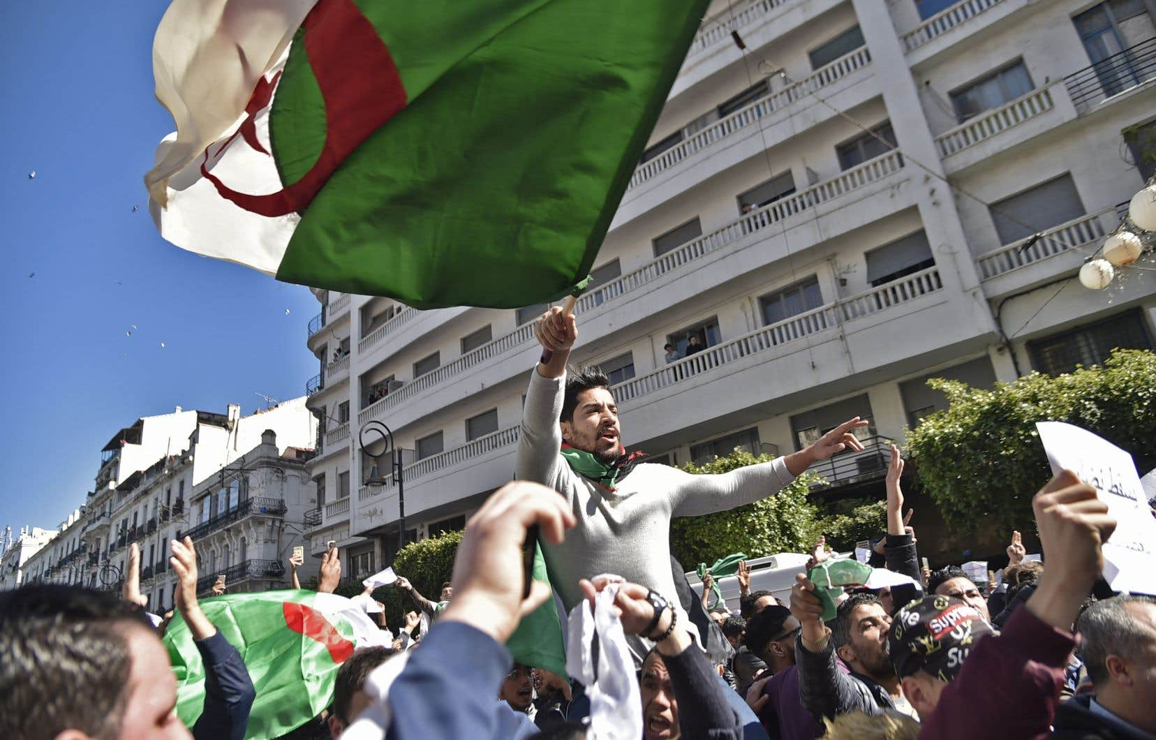 M.Bouteflika dit avoir «écouté et entendu le cri du coeur des manifestants et en particulier des milliers de jeunes qui m'ont interpellé sur l'avenir de notre patrie».