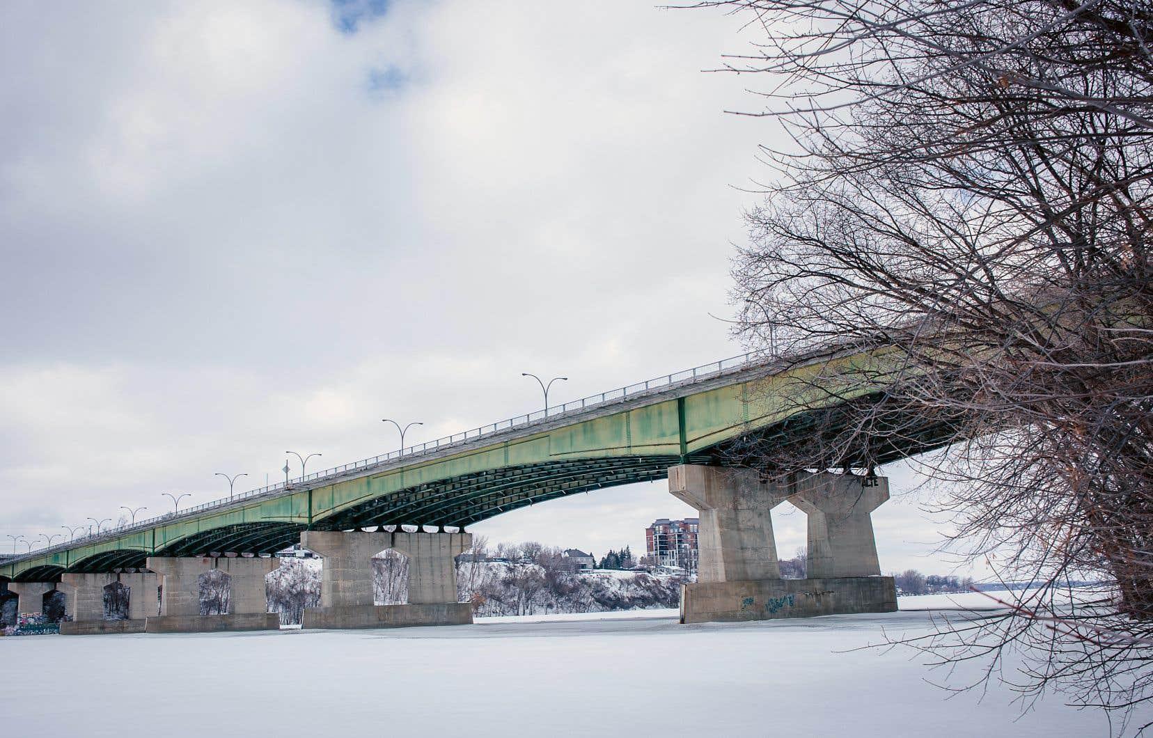 Quelque 61000 véhicules empruntent quotidiennement ce pont reliant Montréal et Laval construit en 1966.
