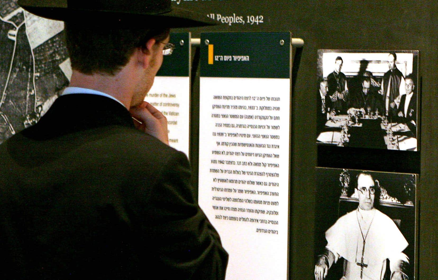 Un juif regarde un panneau consacré au pape Pie XII au Mémorial de la Shoah de Yad Vashem, à Jérusalem.