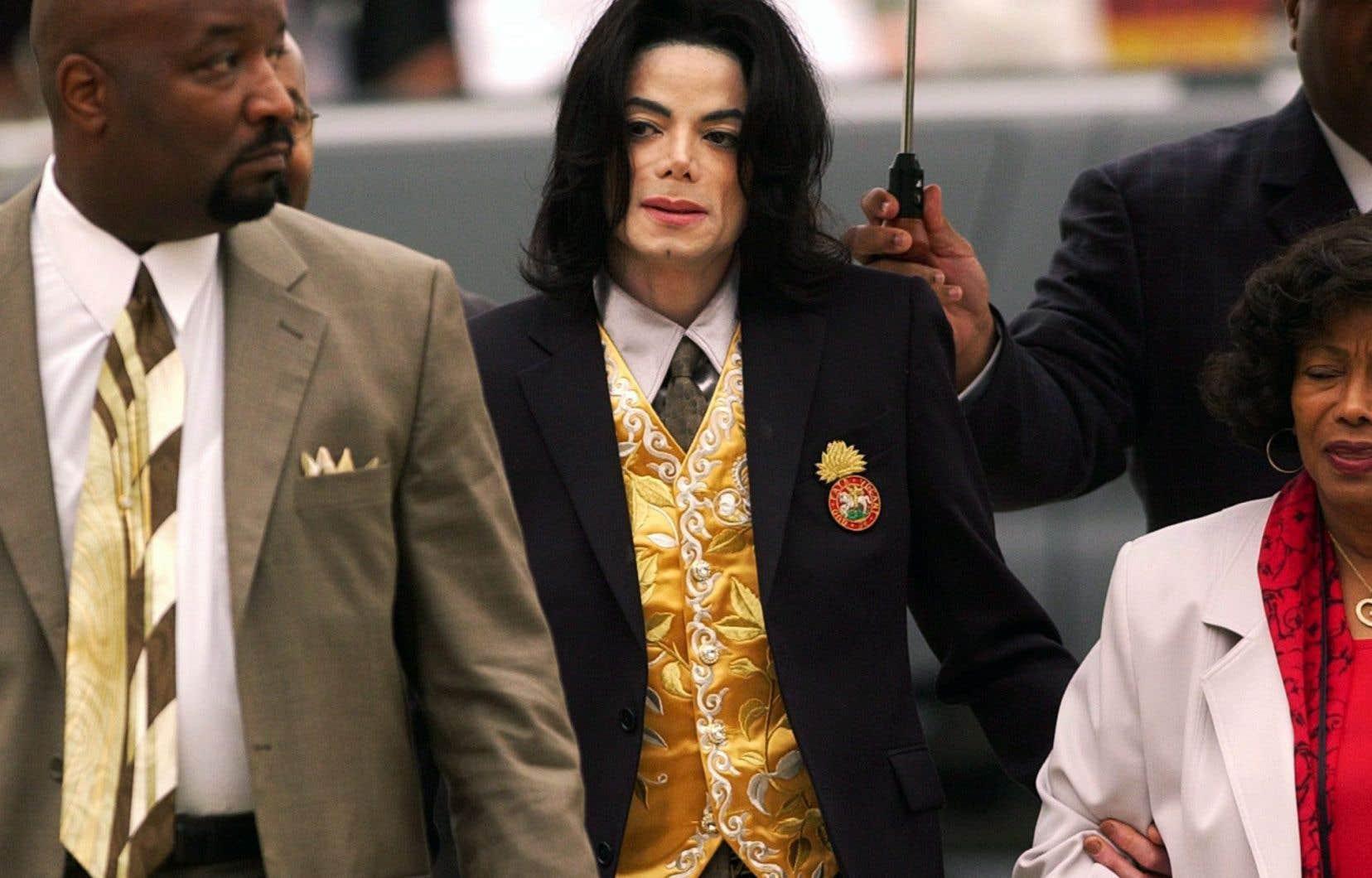 Michael Jackson à son arrivée au palais de justice de Santa Barbara en mai 2005 pour répondre à des accusations de pédophilie