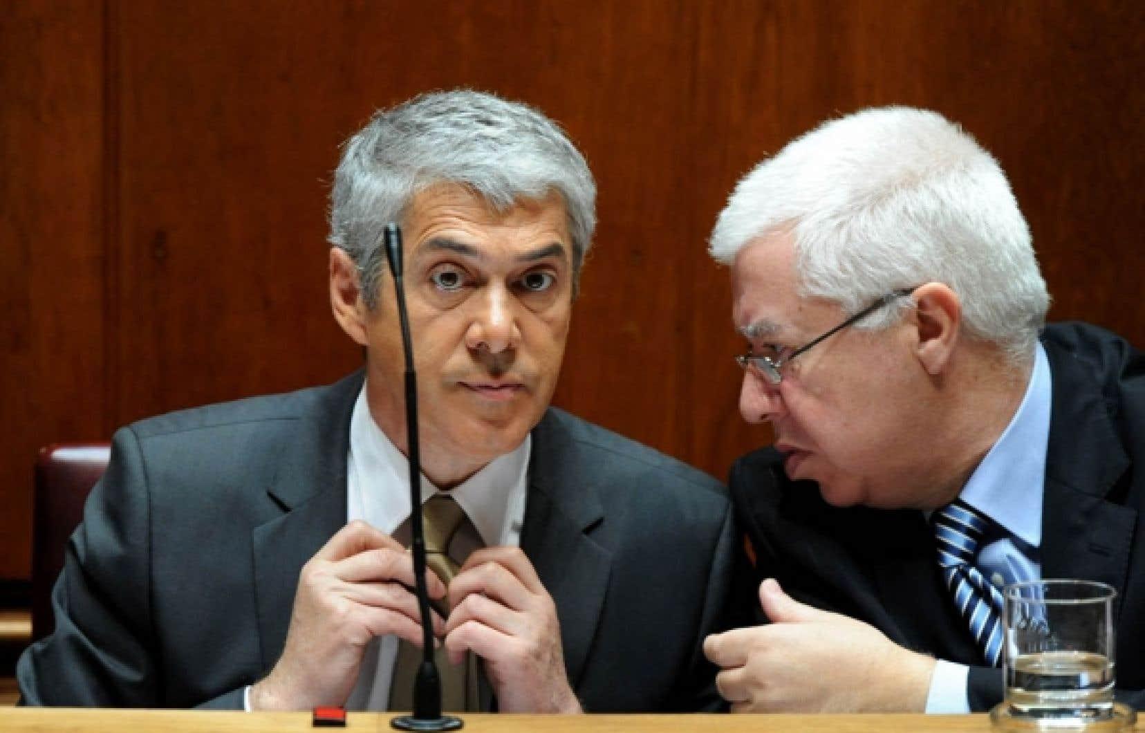 Le premier ministre du Portugal, Jose Socrates, écoute son ministre des Finances, Fernando Teixeira dos Santos. Moody's a abaissé la note souveraine du pays hier.<br />