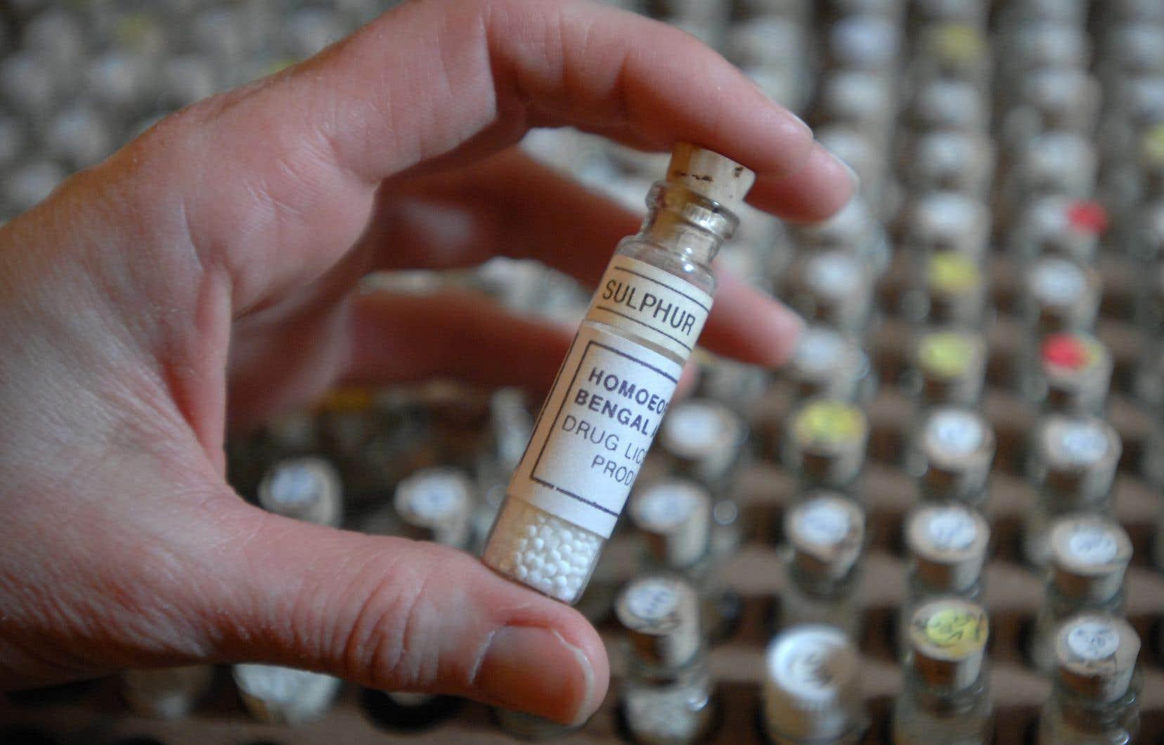 L'homéopathie, dont la pratique remonte à 1796, prétend qu'on peut soigner un mal en ingérant une faible dose d'un produit qui déclenche des symptômes similaires chez une personne en santé.
