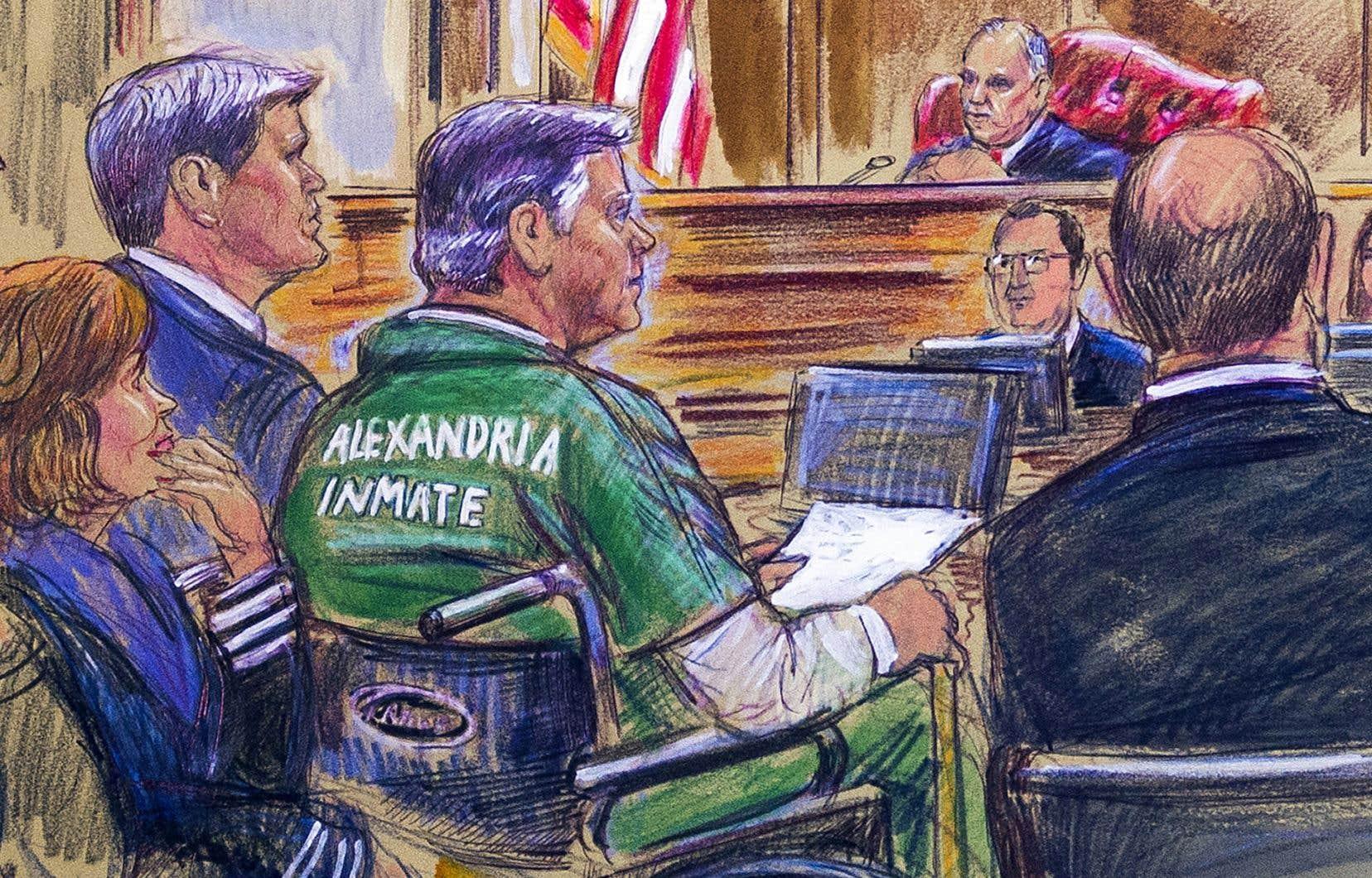 Jeudi, Paul Manafort est apparu en fauteuil roulant et tenue verte de prisonnier, incapable de se lever devant le juge.