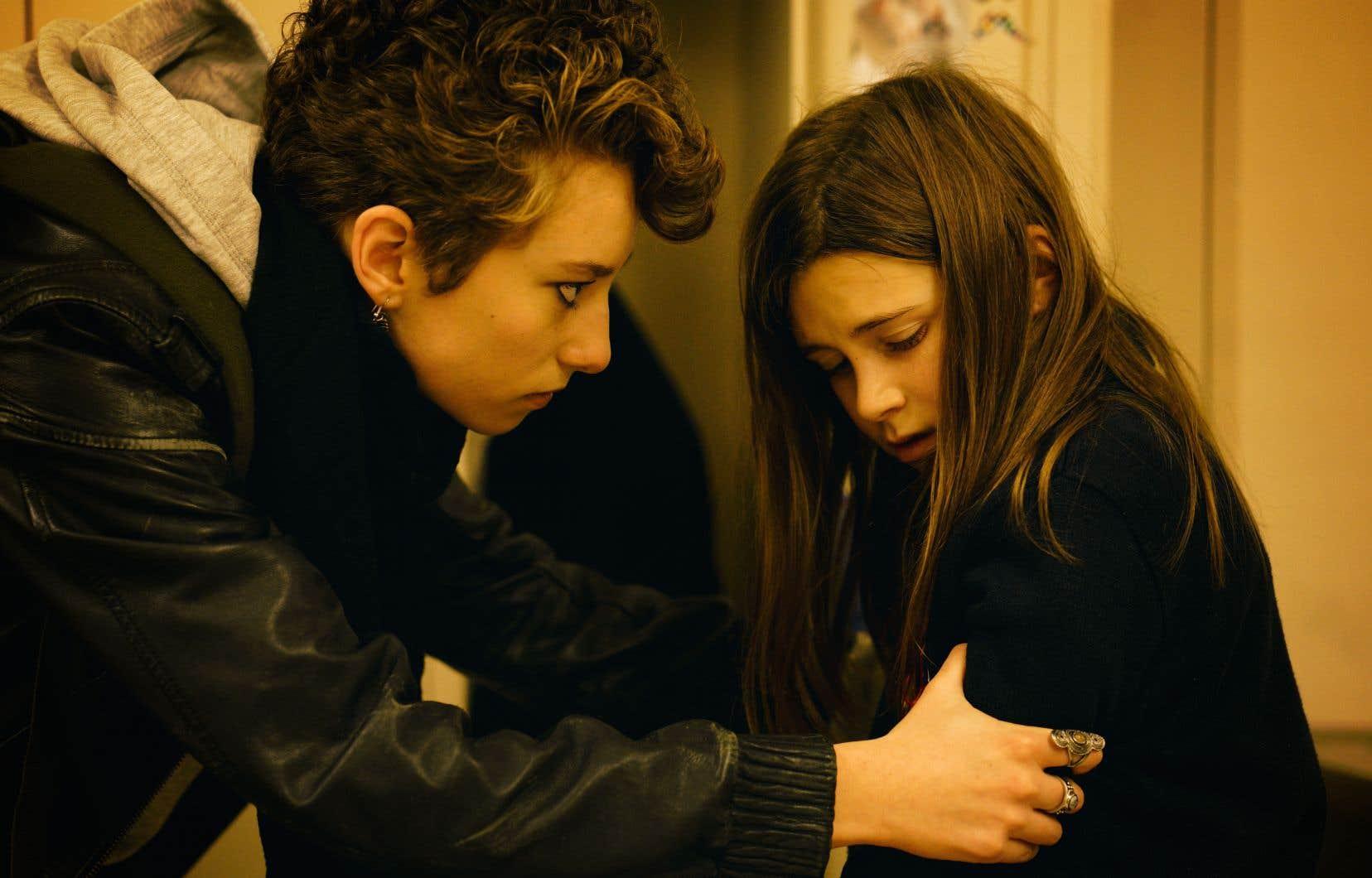 Éléonore Loiselle incarne Océane tandis que Maèva Tremblay interprète Marine. La première embrase l'écran, la seconde broie le cœur avec ses grands yeux.