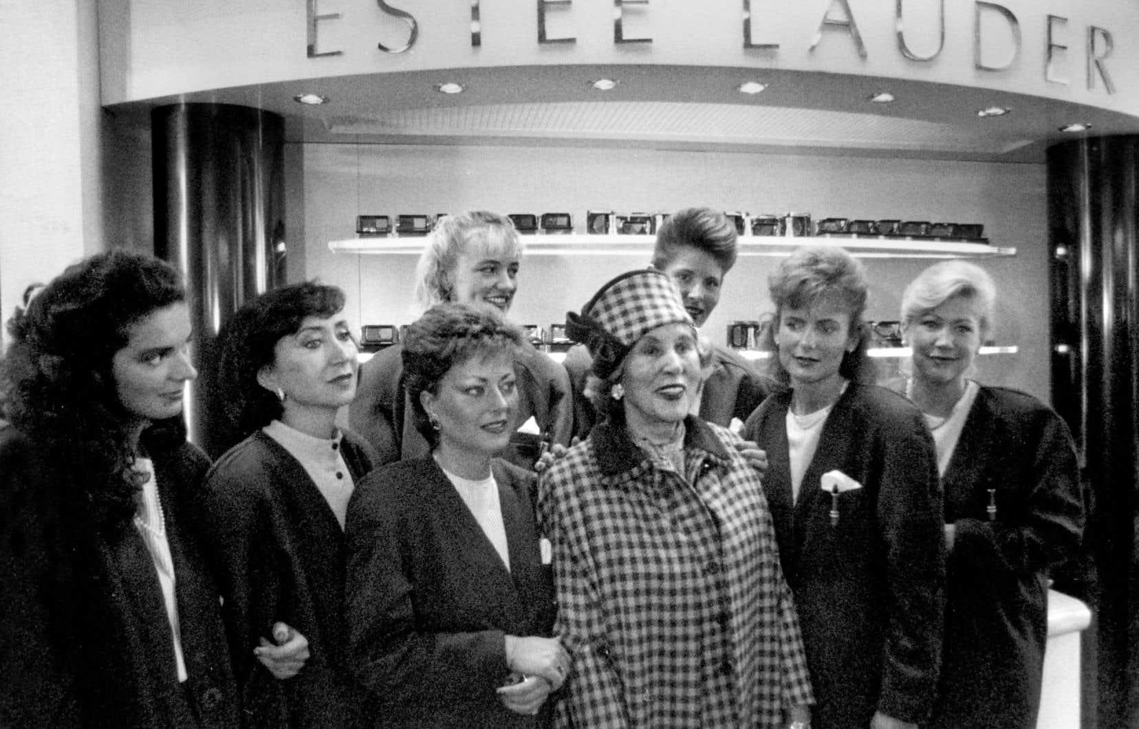 Des femmes, comme Estée Lauder (avec un chapeau), profitèrent des occasions d'affaires créées par le développement de la société de consommation.