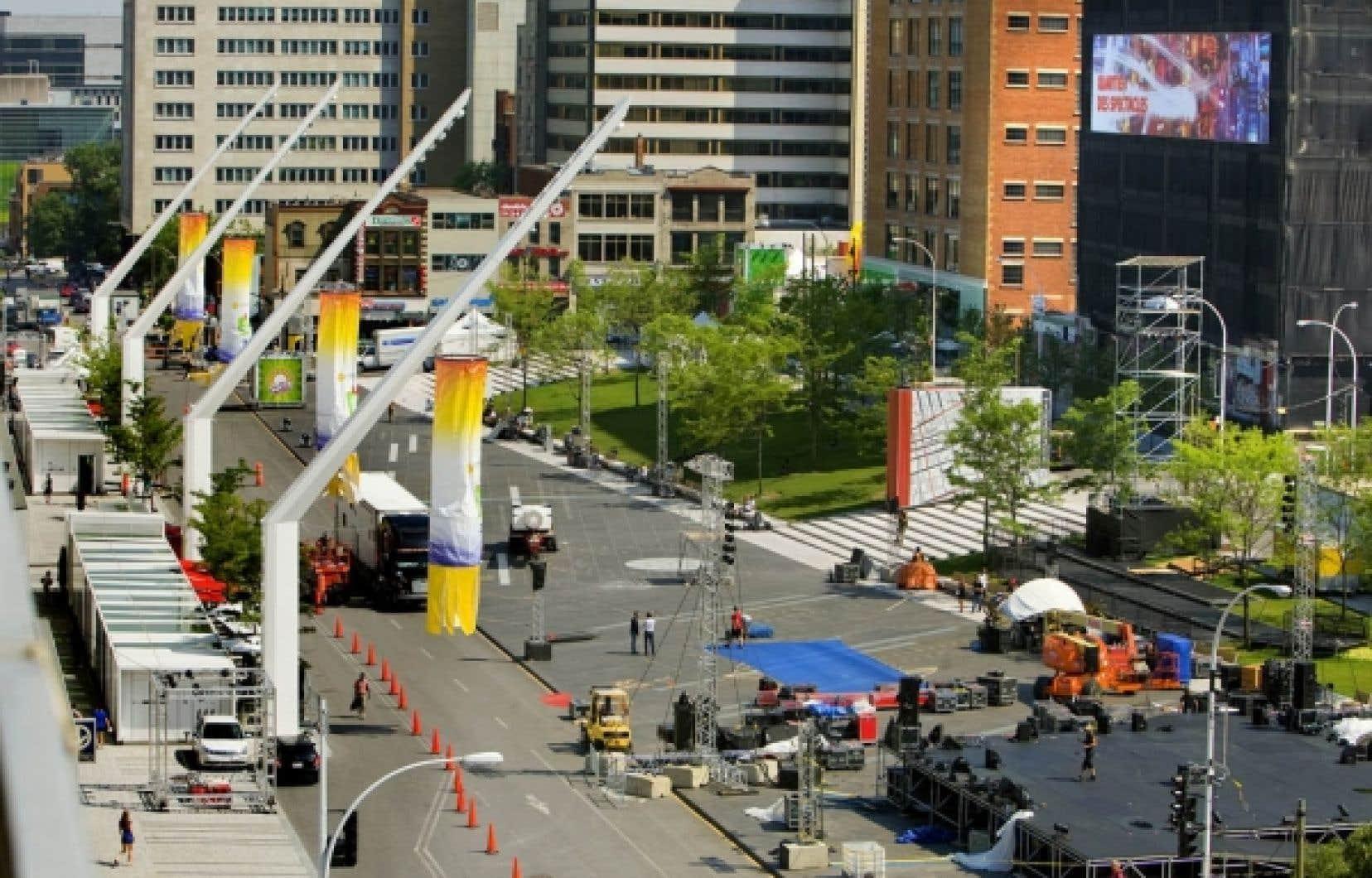 L&rsquo;am&eacute;nagement ing&eacute;nieux divise clairement les fonctions. &Agrave; gauche, les nouveaux restaurants avec leurs cuisine en sous-sol. Ces longs &eacute;dicules aident &agrave; masquer le mur aveugle du Mus&eacute;e d&rsquo;art contemporain. Ensuite, les quatre grands lampadaires, la rue Jeanne-Mance r&eacute;tr&eacute;cie, le granit et sa fontaine, la plus grande du genre au Canada. Les espaces verts compl&egrave;tent le lien avec les immeubles existants, dont le Wilder (en noir), qui sera converti pour les Grands Ballets canadiens de Montr&eacute;al.<br />