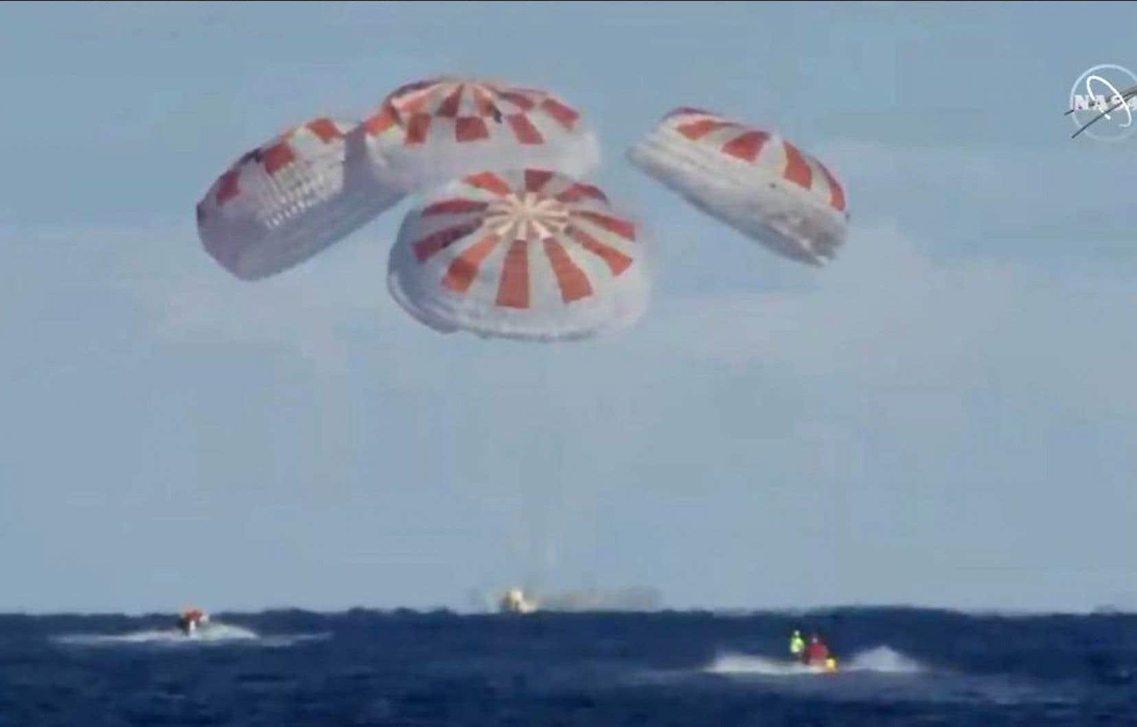 Les images en direct de la NASA ont montré l'ouverture sans accroc des parachutes, avec un amerrissage à 8h45, à l'heure exacte prévue, à environ 370 km des côtes de Floride.