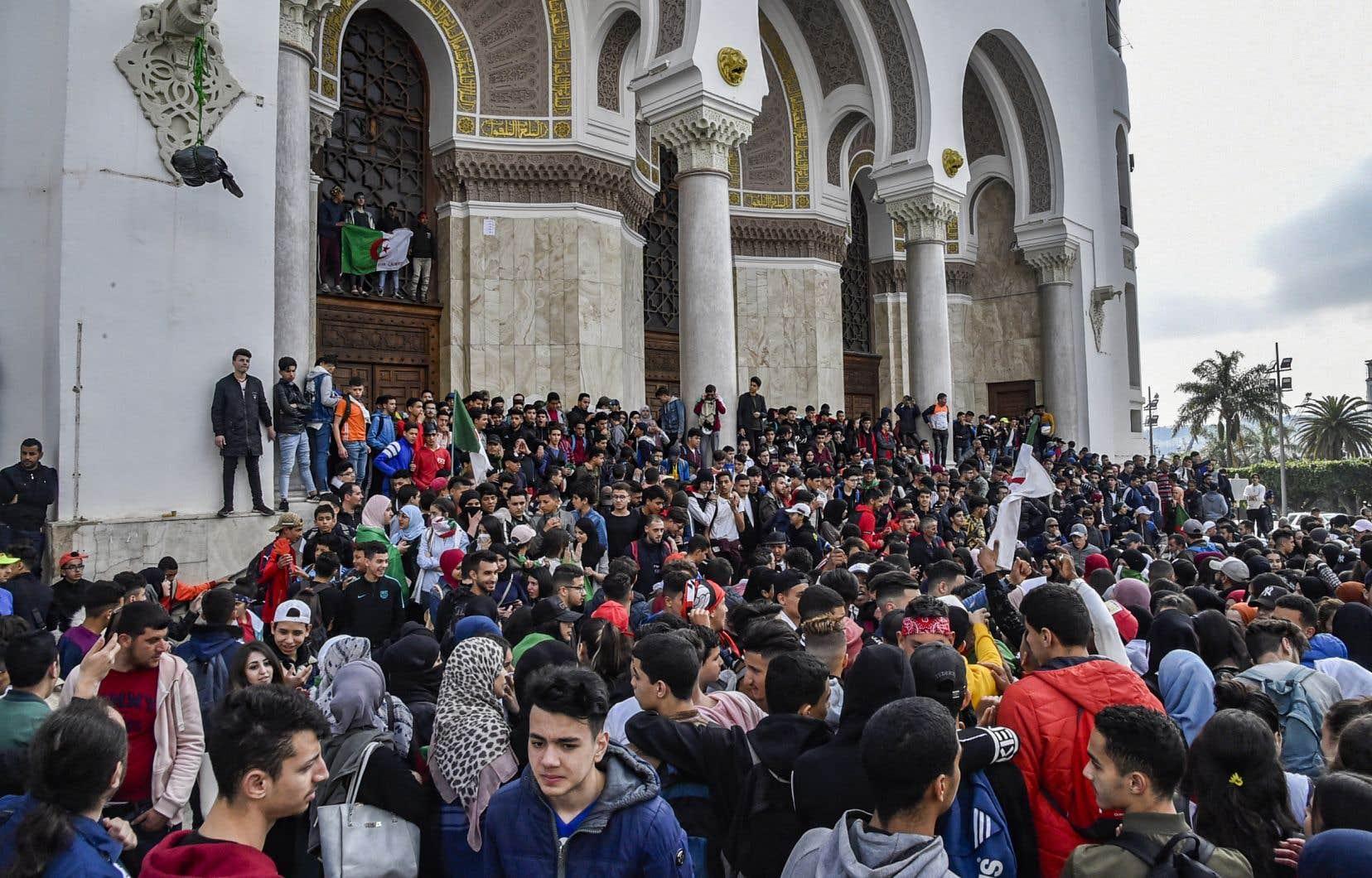 Dans le centre d'Alger, un millier d'élèves, drapeaux algériens à la main ou noués autour du cou pour certains, se sont rassemblés en criant notamment: «Hé, Bouteflika, pas de 5emandat».